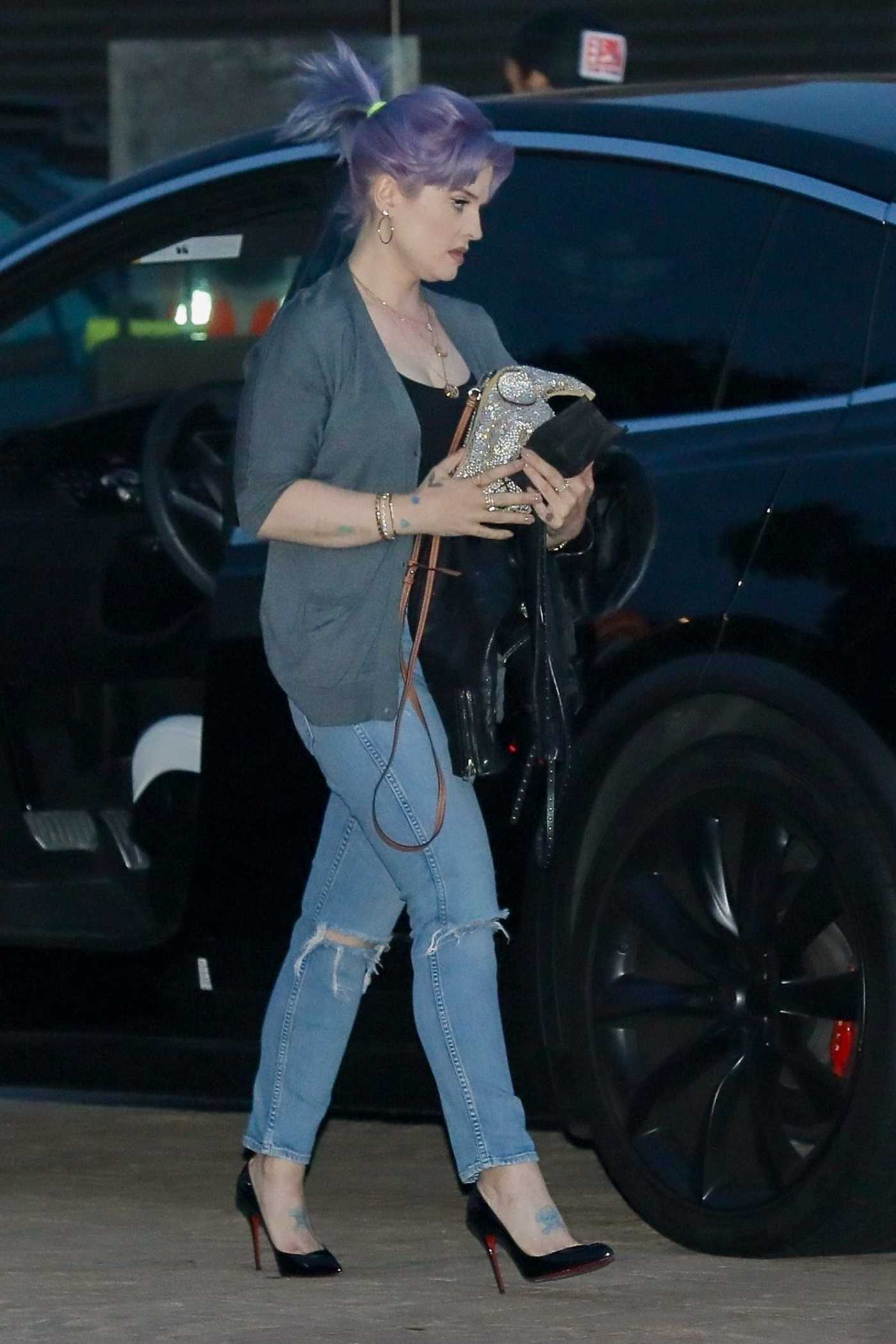 Kelly Osbourne in a Blue Ripped Jeans Arrives for Dinner at Nobu in Malibu 06/11/2020