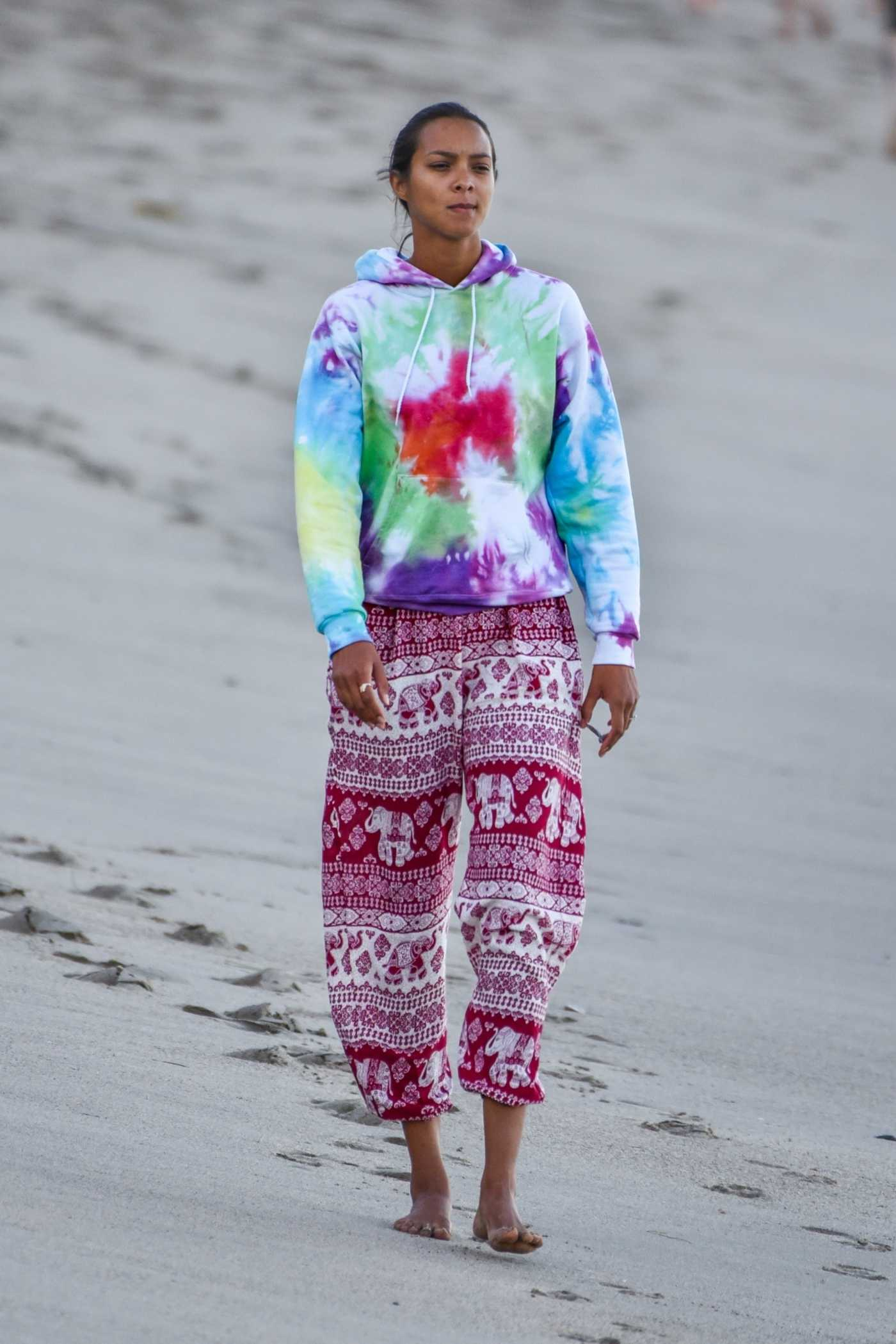 Lais Ribeiro in a Full Colour Hoody Enjoys the Hot Weather on the Beach in Malibu 06/10/2020