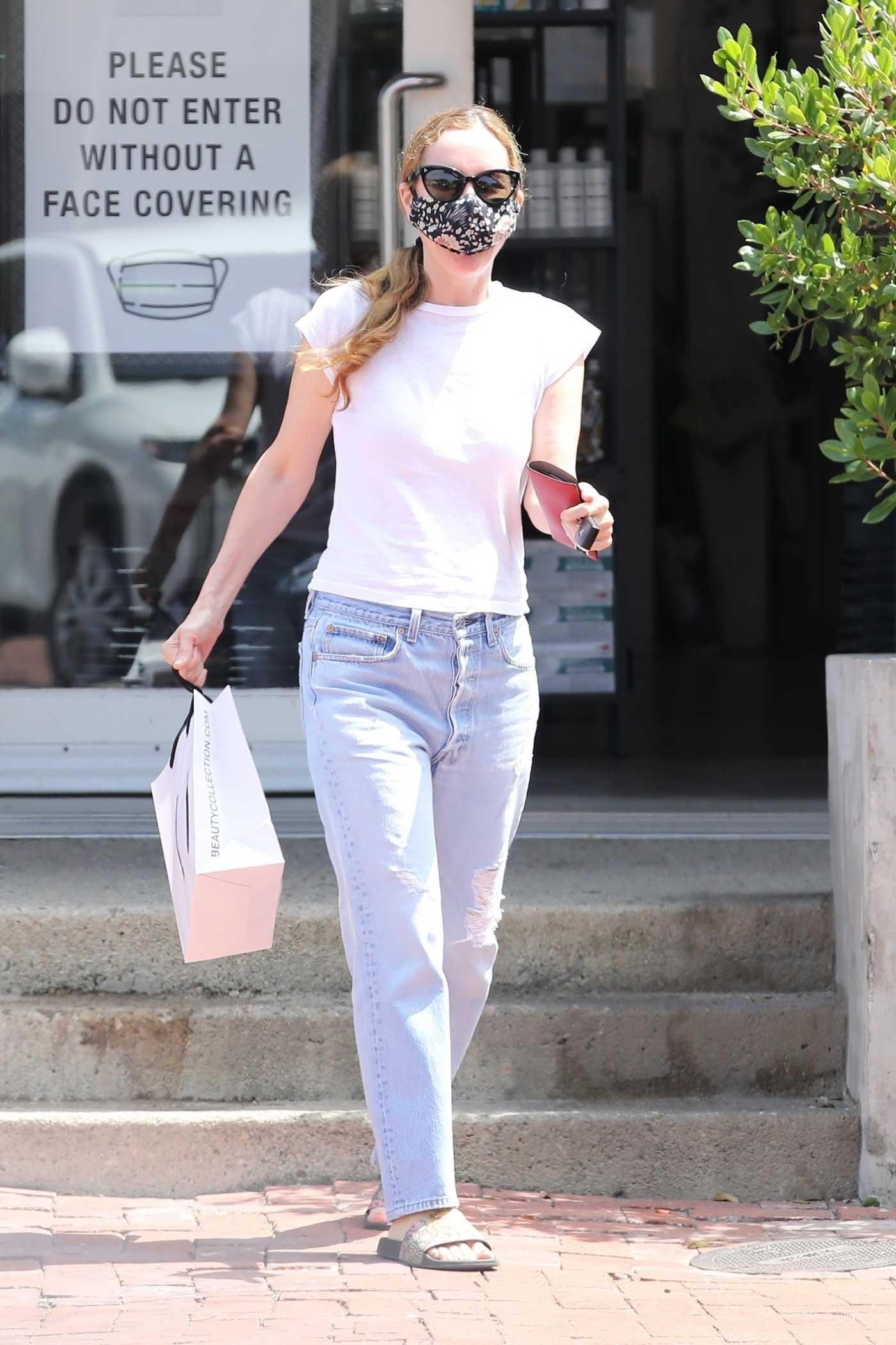Leslie Mann in a White Tee Shops at the Beauty Collection in Malibu 06/23/2020