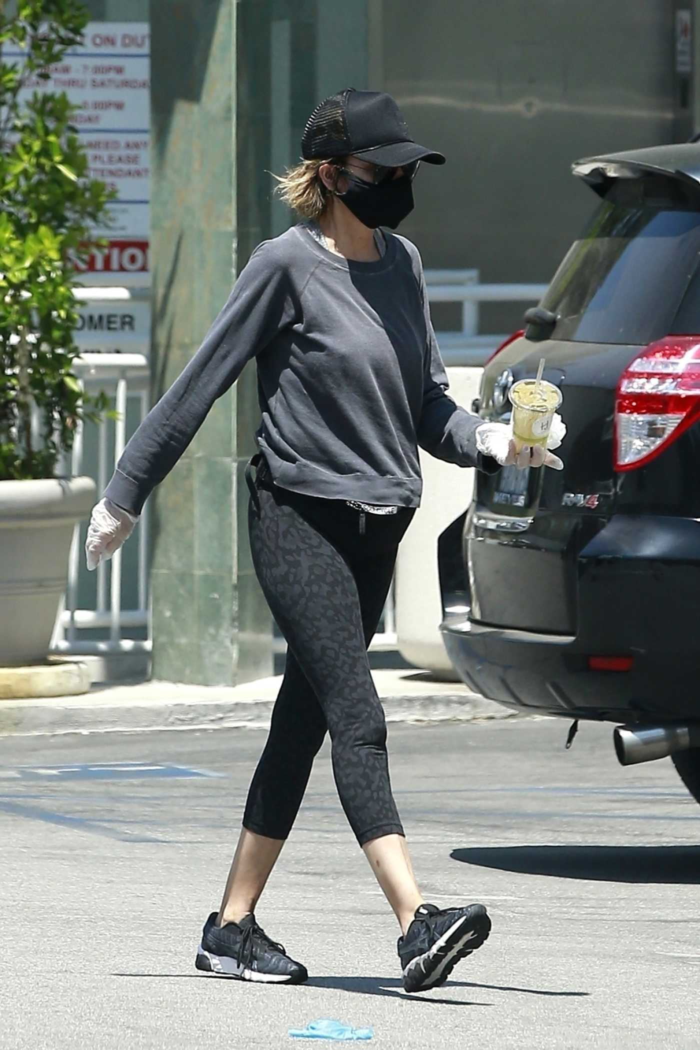 Lisa Rinna in a Black Protective Mask Goes Shopping in Studio City 06/21/2020