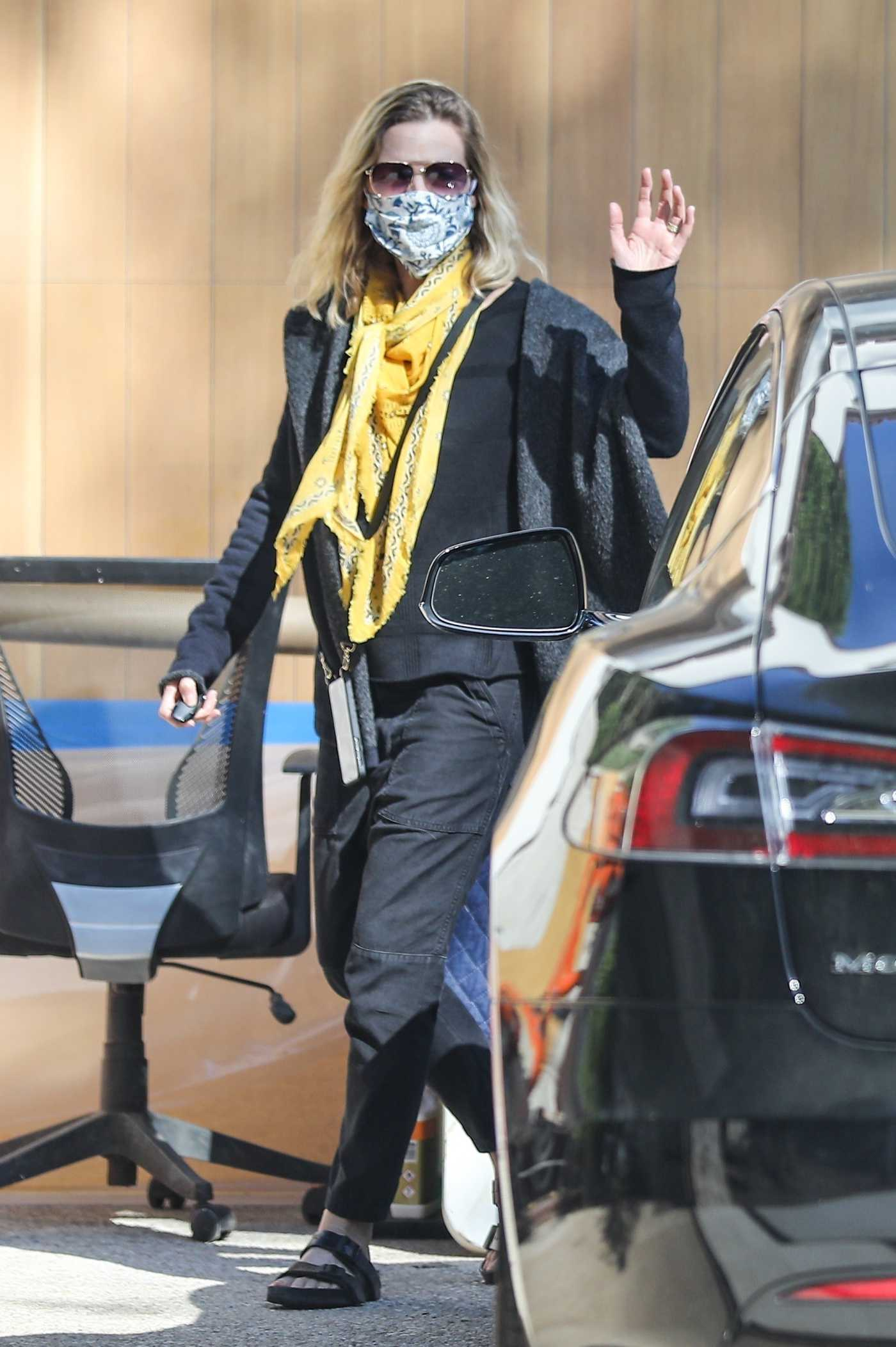 Michelle Pfeiffer in a Protective Mask Was Seen Out in Pacific Palisades 06/17/2020