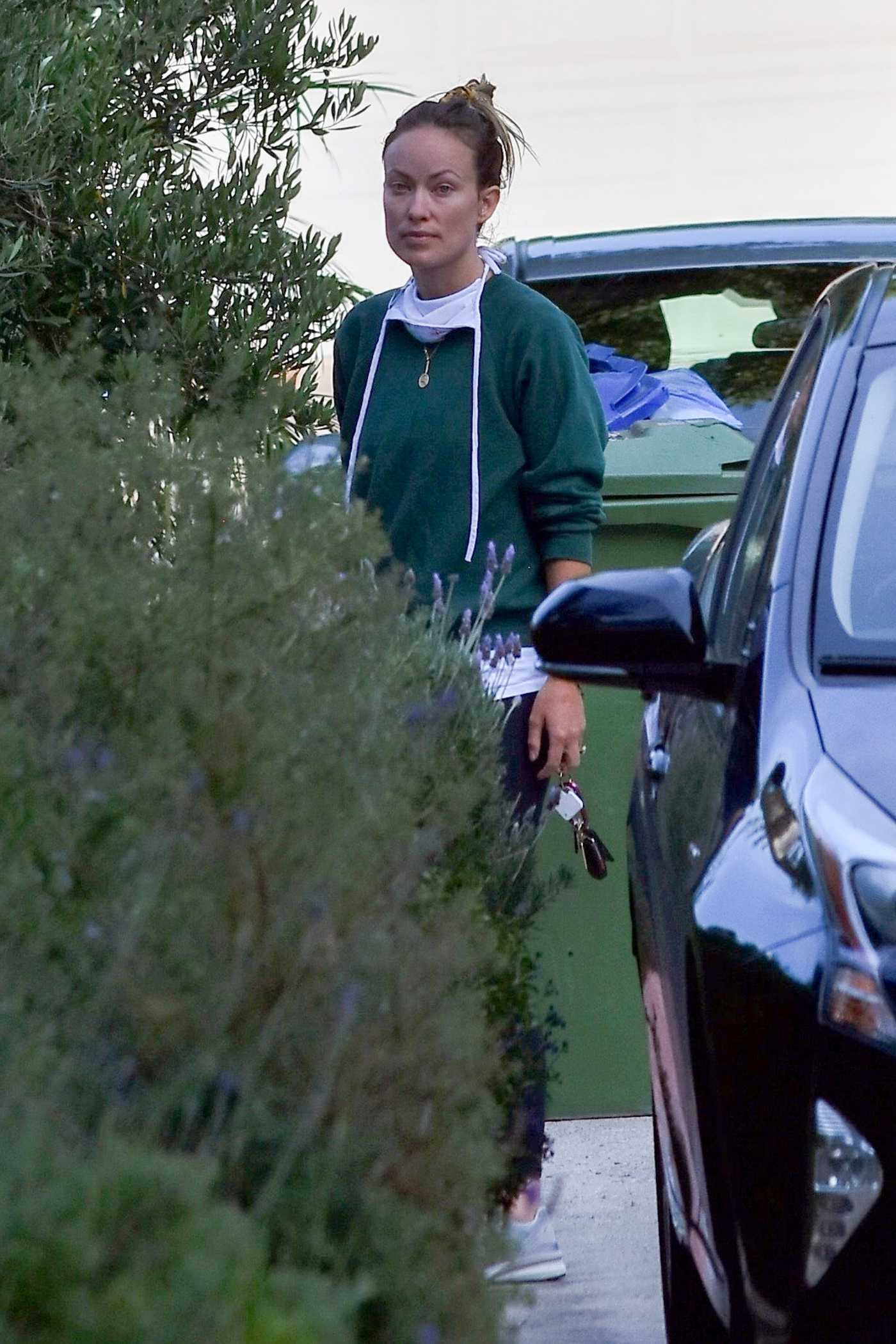 Olivia Wilde in a Green Sweatshirt Was Seen Out with Jason Sudeikis in Los Angeles 06/24/2020