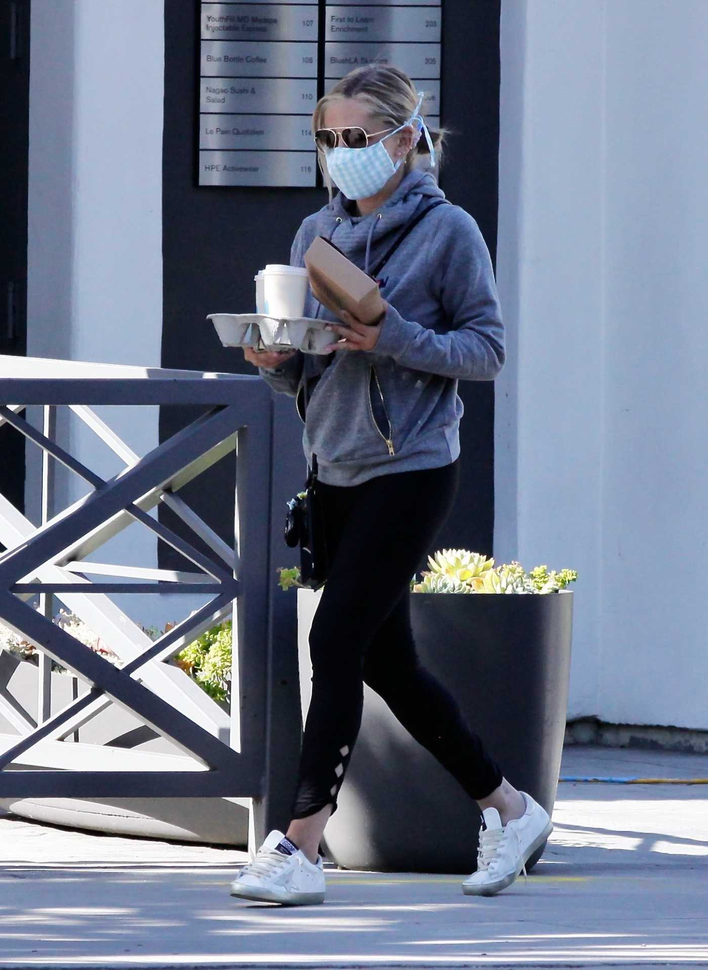 Sarah Michelle Gellar in a Protective Mask Makes a Stop at Blue Bottle Coffee in Brentwood 06/12/2020