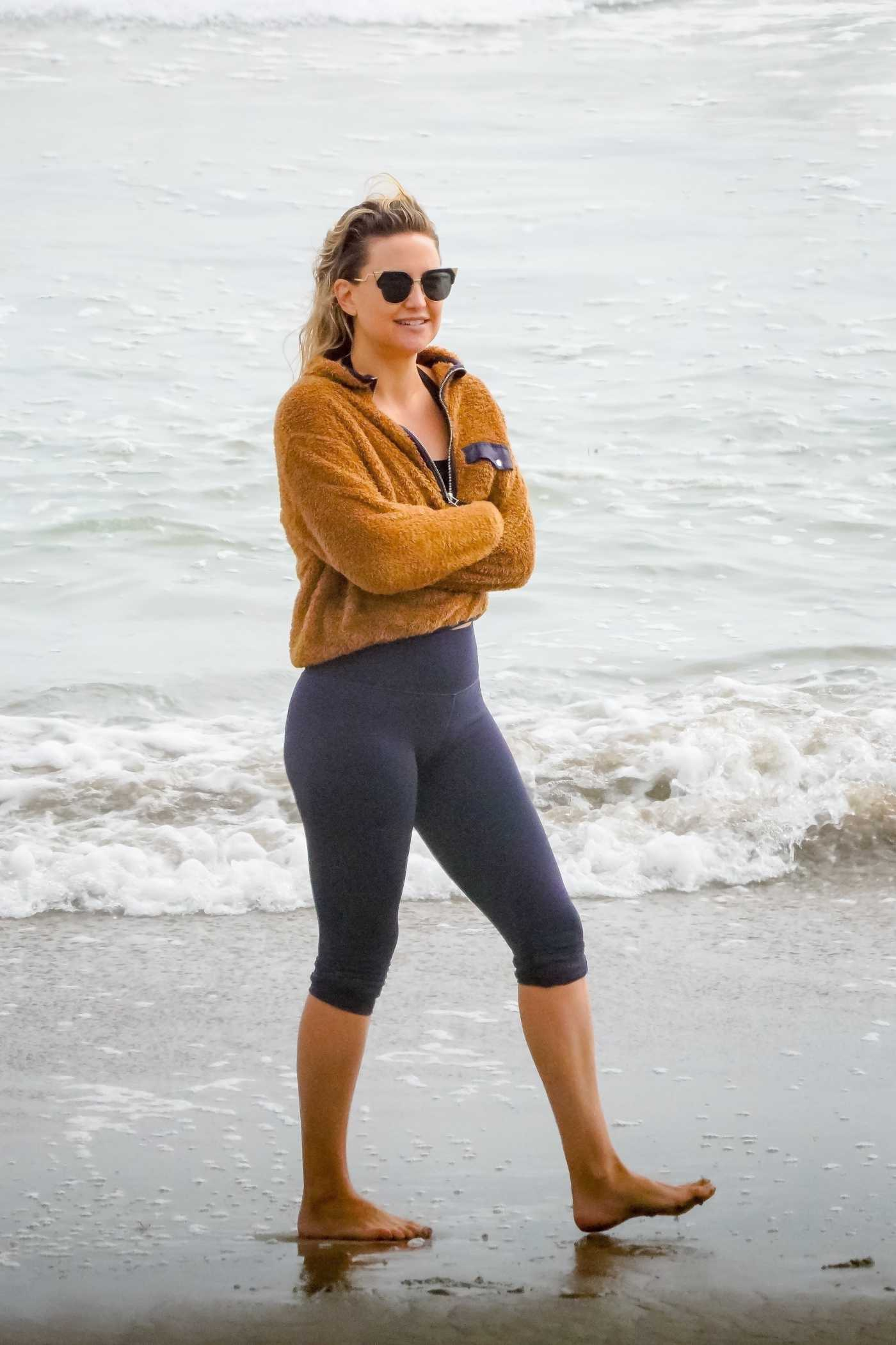 Kate Hudson in a Black Leggings Was Seen on the Beach in Malibu 07/02/2020