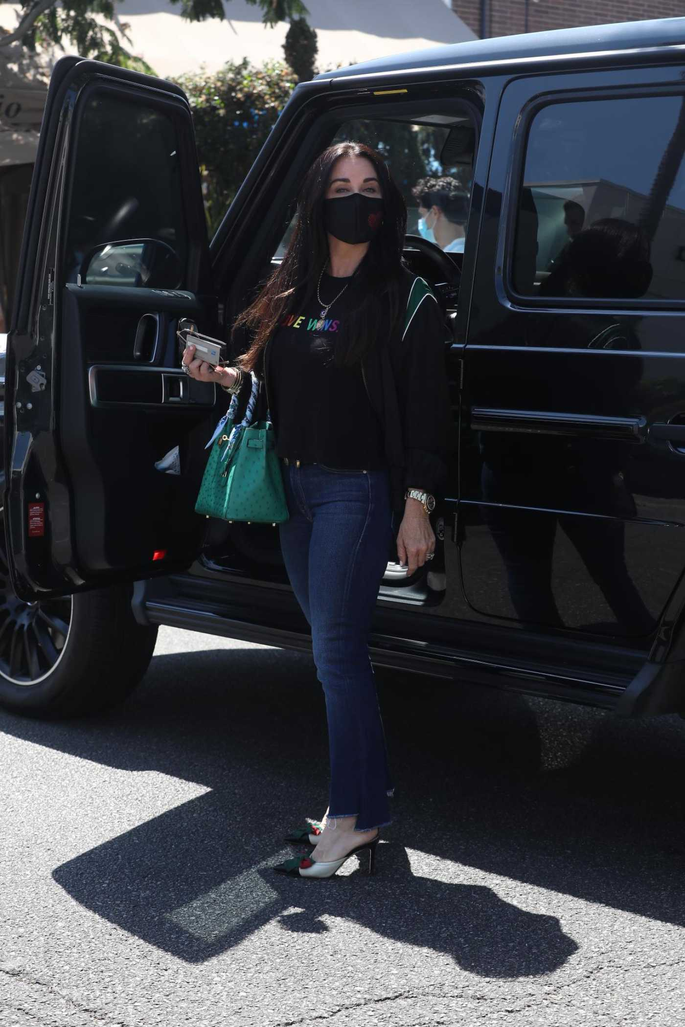Kyle Richards in a Black Protective Mask Was Seen Out in Beverly Hills 07/21/2020