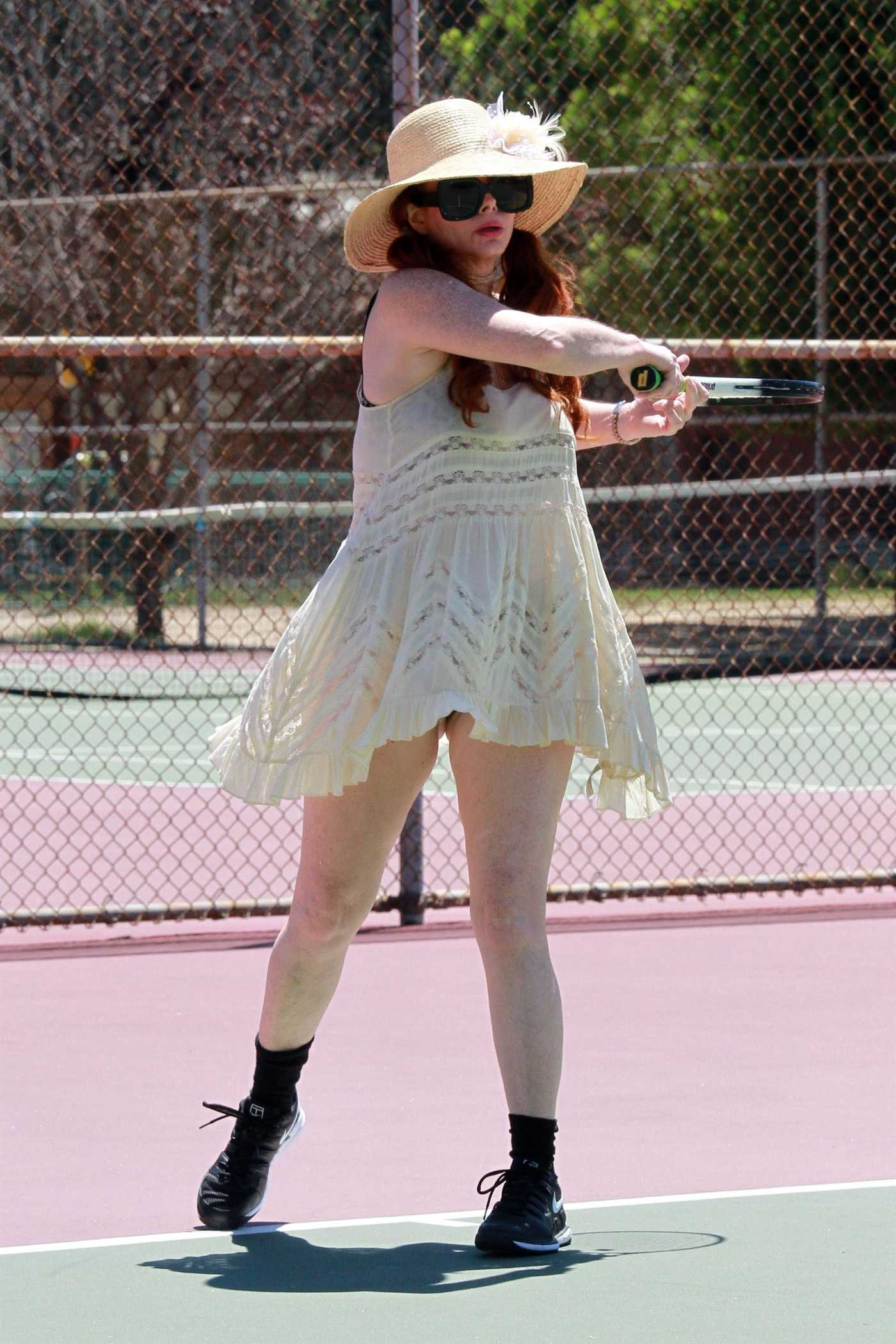 Phoebe Price in a Beige Hat Was Seen at the Tennis Court in Los Angeles 07/10/2020