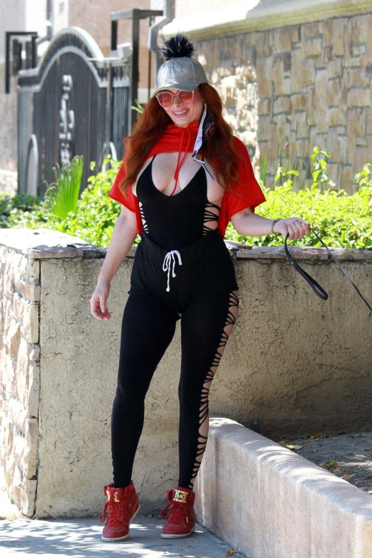 Phoebe Price in a Black Yoga Outfit