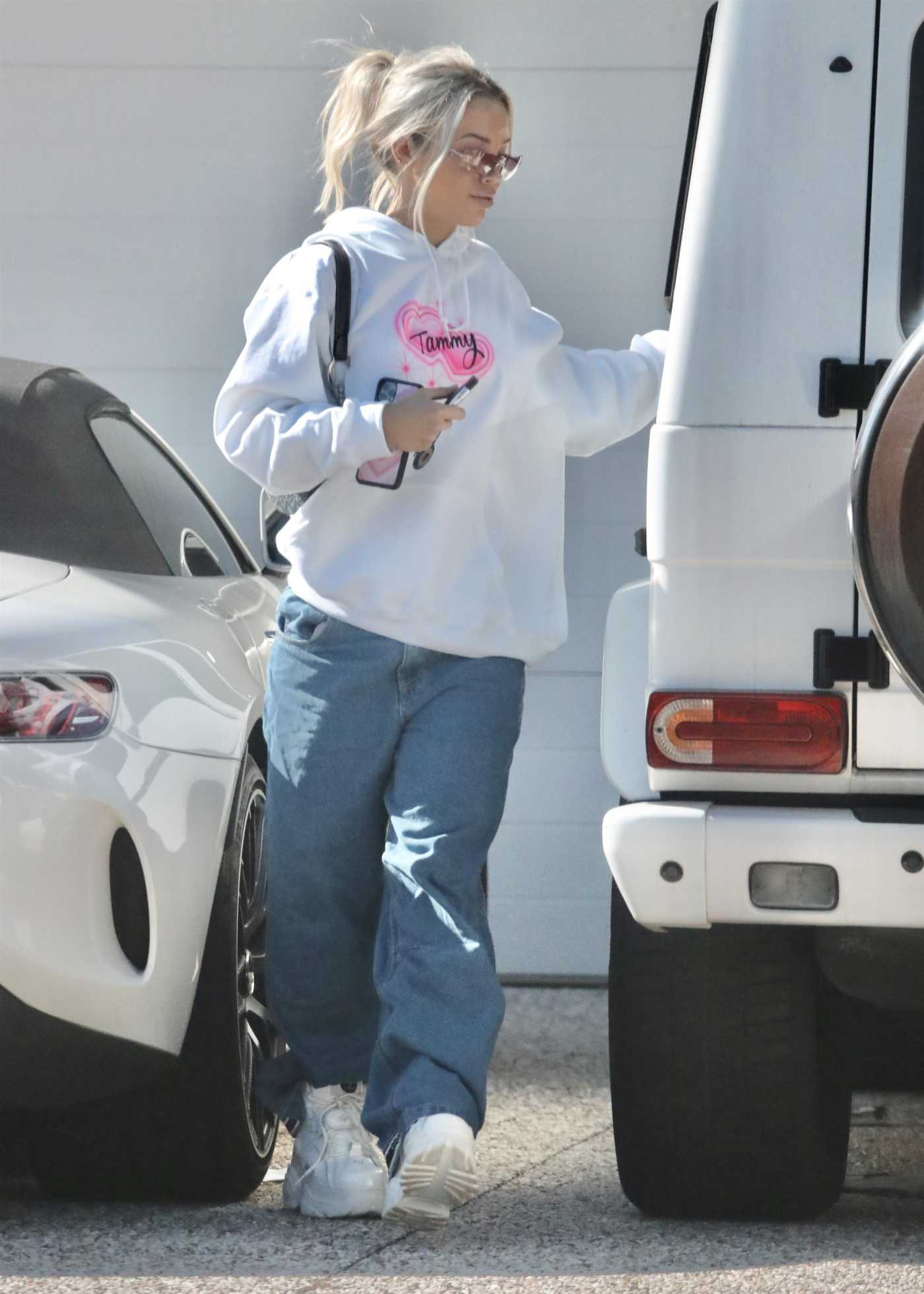 Tammy Hembrow in a White Hoody Was Seen Out at Gold Coast 07/08/2020