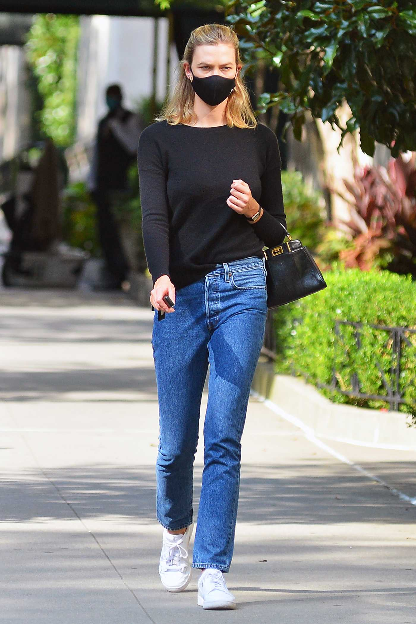Karlie Kloss in a Black Protective Mask Was Seen Ouut in New York 08/20/2020