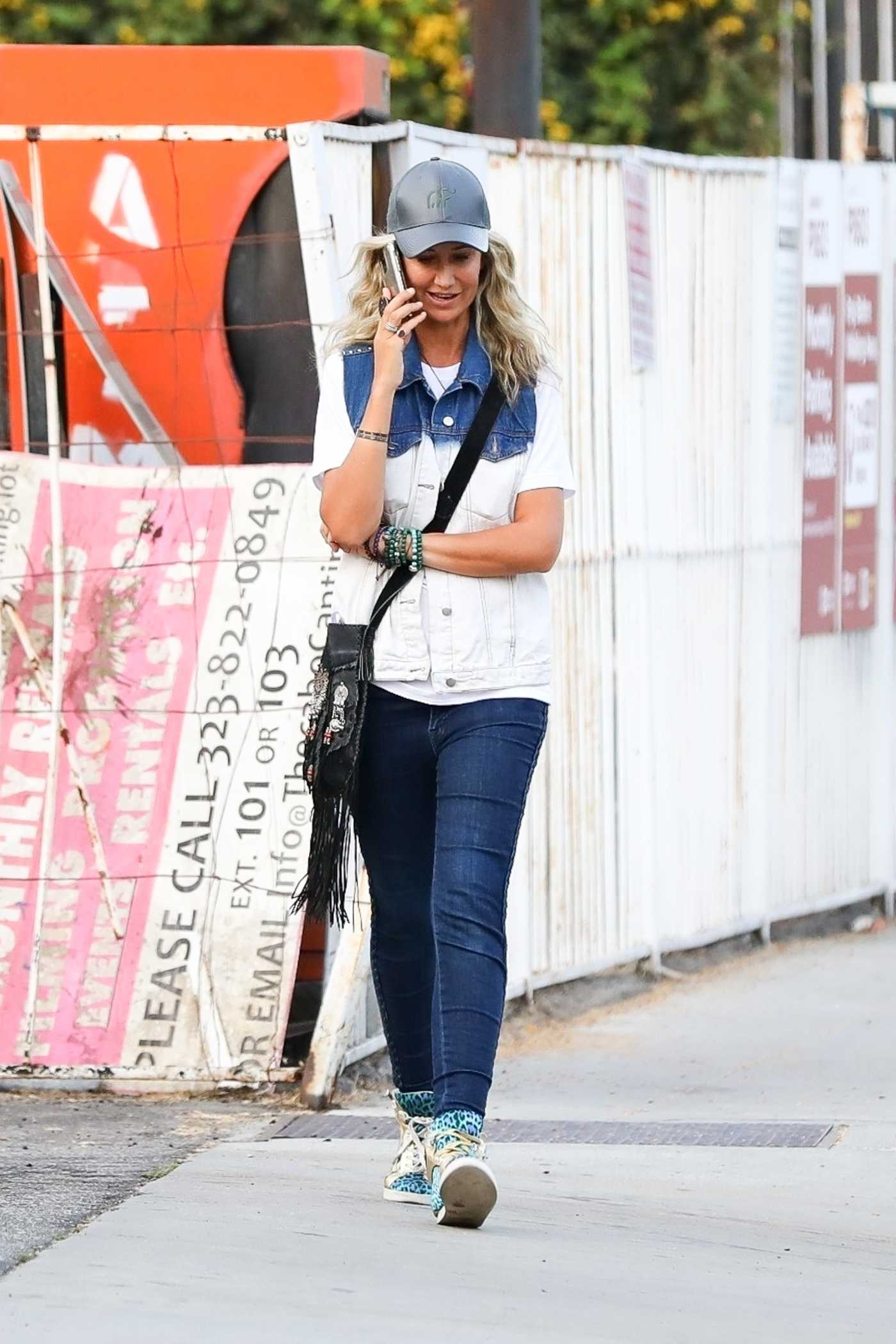 Lady Victoria Hervey in a Black Cap Chats on the Phone while Out for a Walk in Los Angeles 08/28/2020