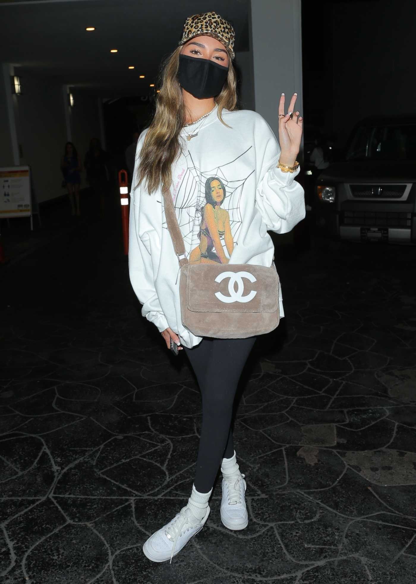 Madison Beer in a White Sweatshirt Enjoys a Dinner Date in Beverly Hills 08/27/2020
