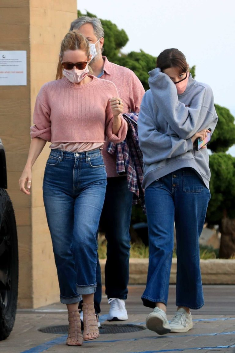 Leslie Mann in a Knit Pink Sweater