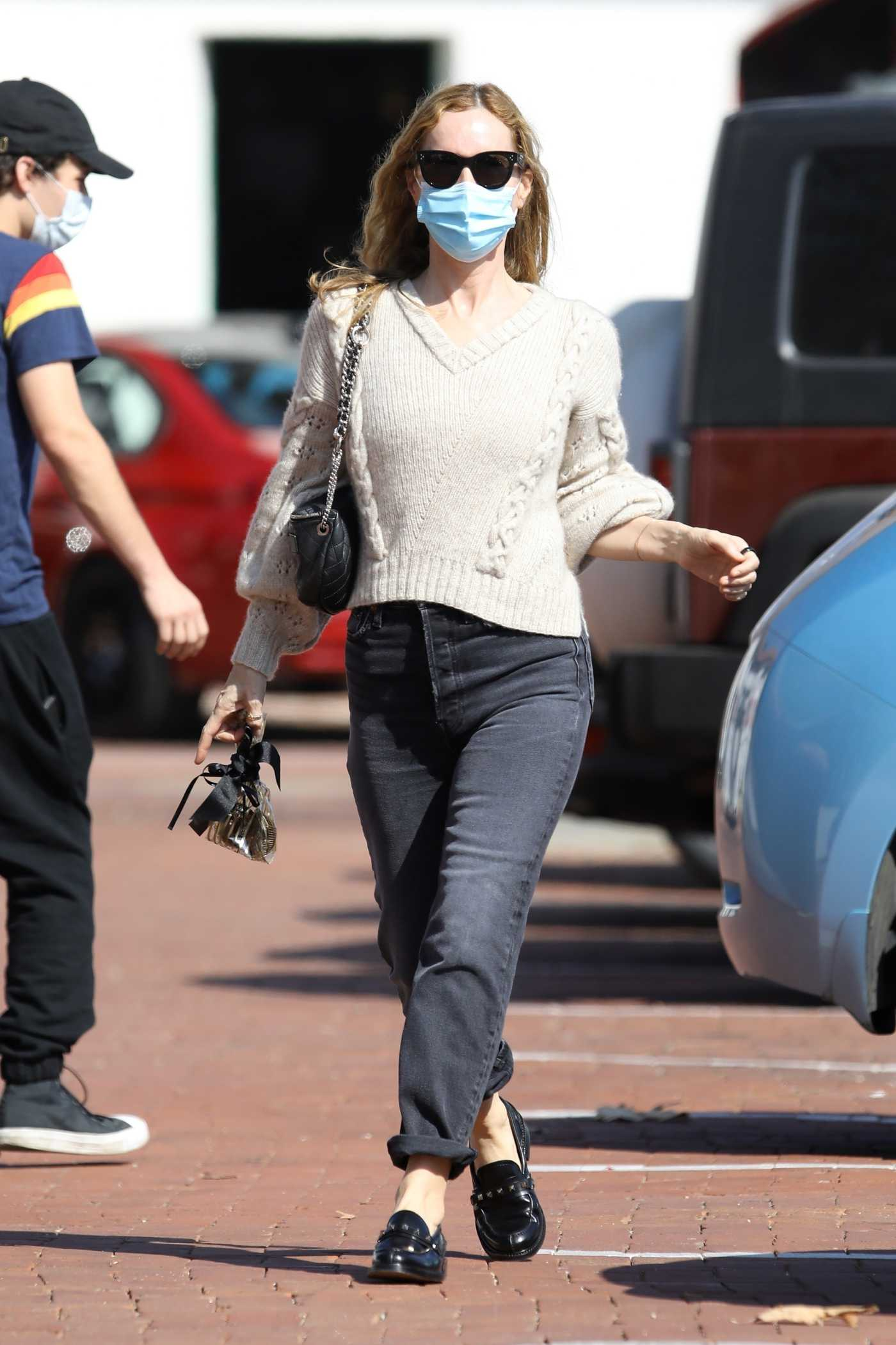 Leslie Mann in a Protective Mask Leaves Lunch at Taverna Tony's in Malibu 09/25/2020
