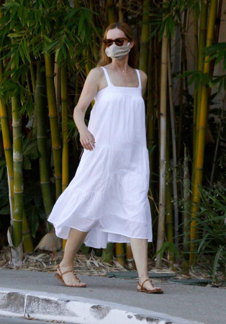 Leslie Mann in a White Summer Dress