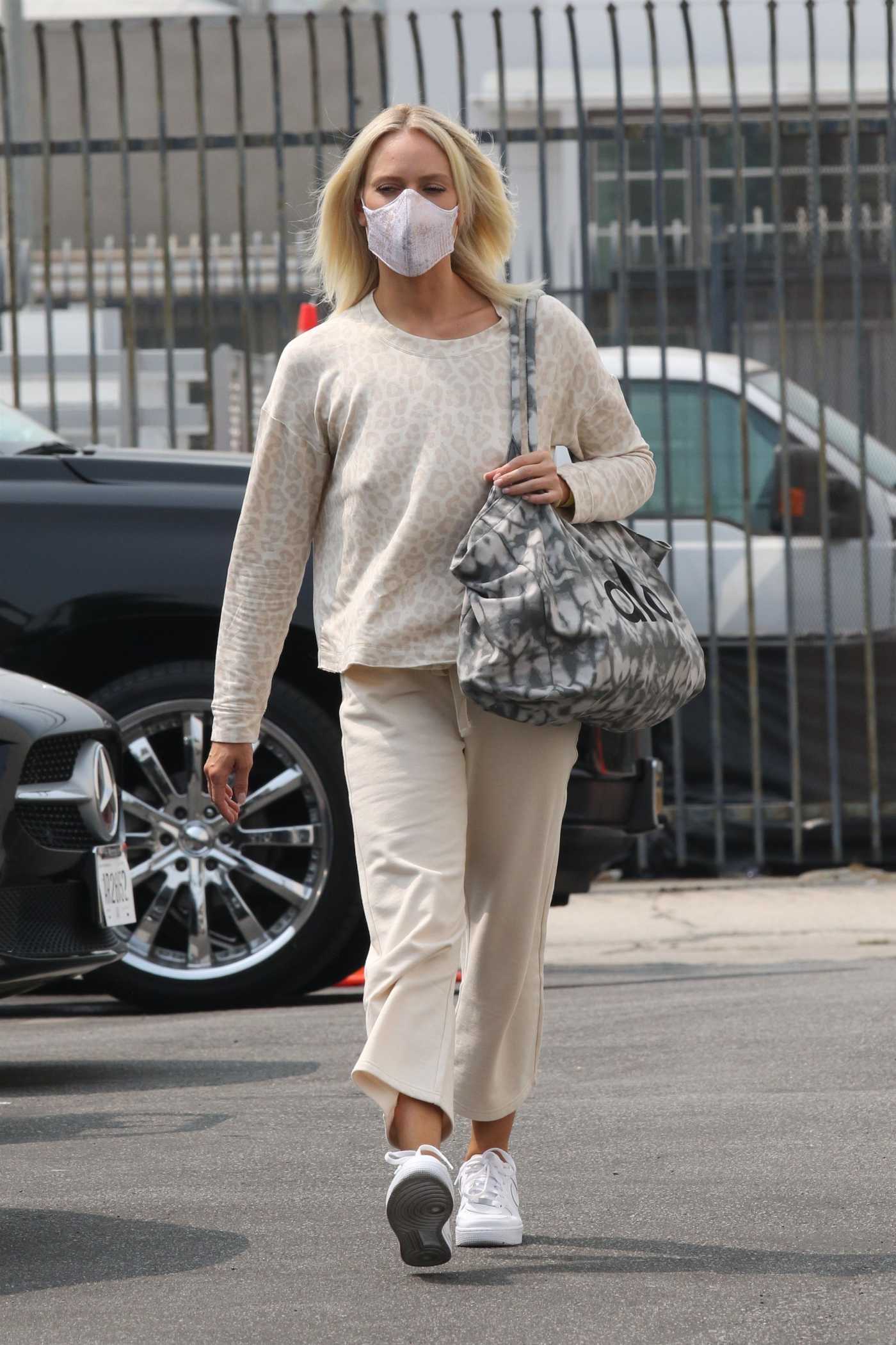 Peta Murgatroyd in a White Sneakers Arrives at the DWTS Studio in Los Angeles 09/12/2020