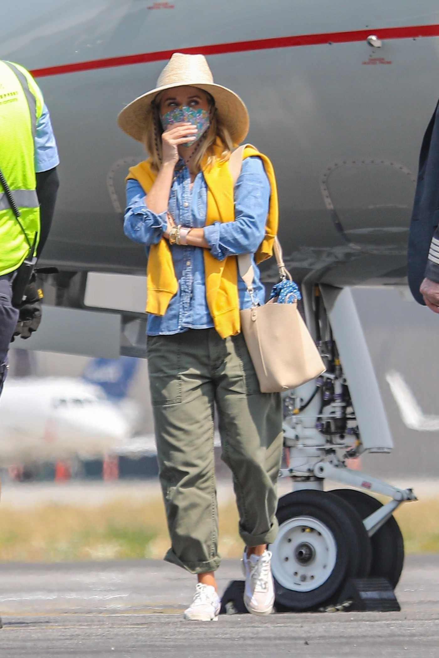 Reese Witherspoon in a Straw Hat Arrives on a Private Jet in Van Nuys 09/09/2020