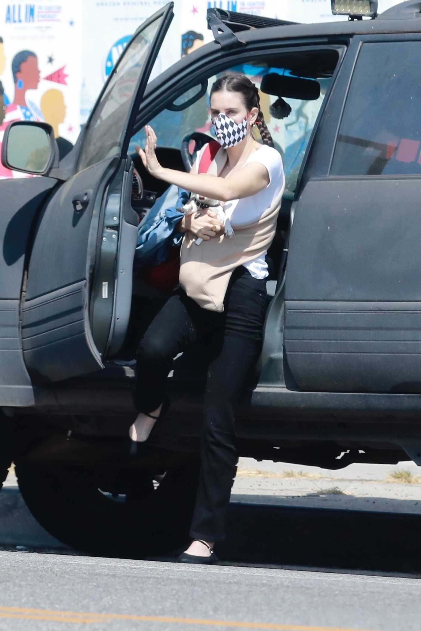 Scout Willis in a Protective Mask Stops by Sublime Eyes Salon with Her Tiny Dog in Los Angeles 09/25/2020