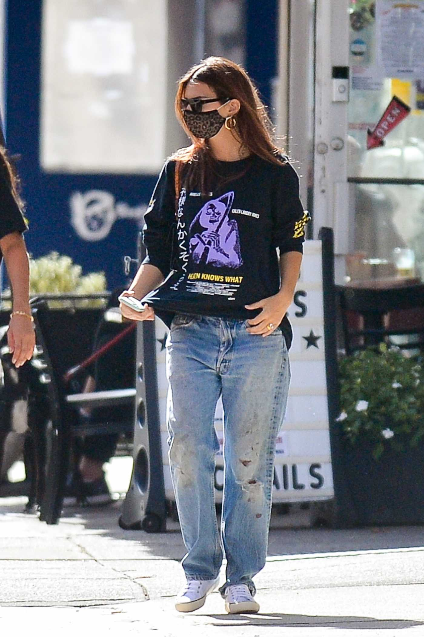 Emily Ratajkowski in a Blue Ripped Jeans Was Spotted in Downtown New York 10/15/2020