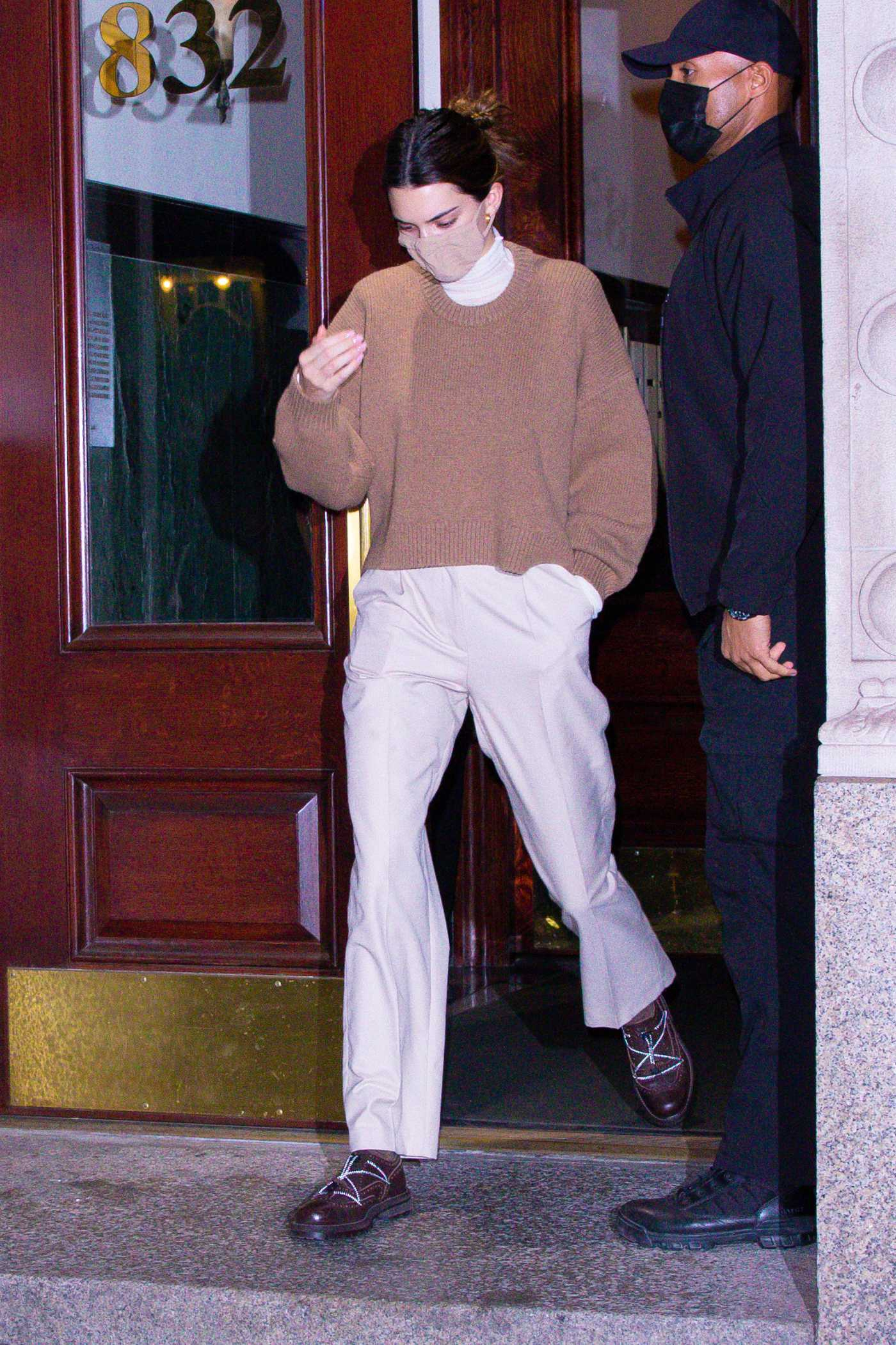 Kendall Jenner in a White Pants Was Seen Out in New York 11/20/2020
