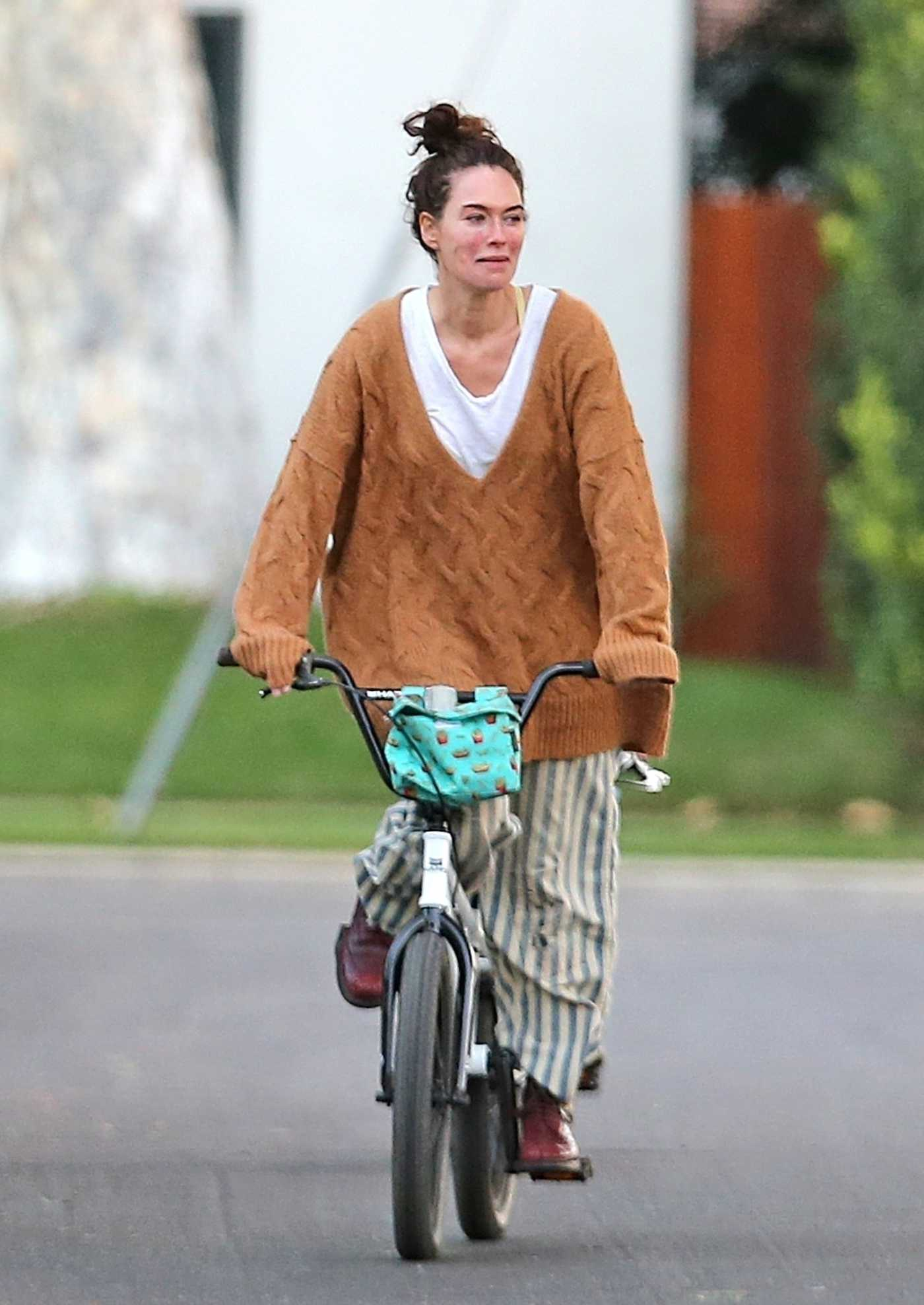 Lena Headey in a Tan Oversized Jumper Riding a Bicycle in Los Angeles 11/15/2020