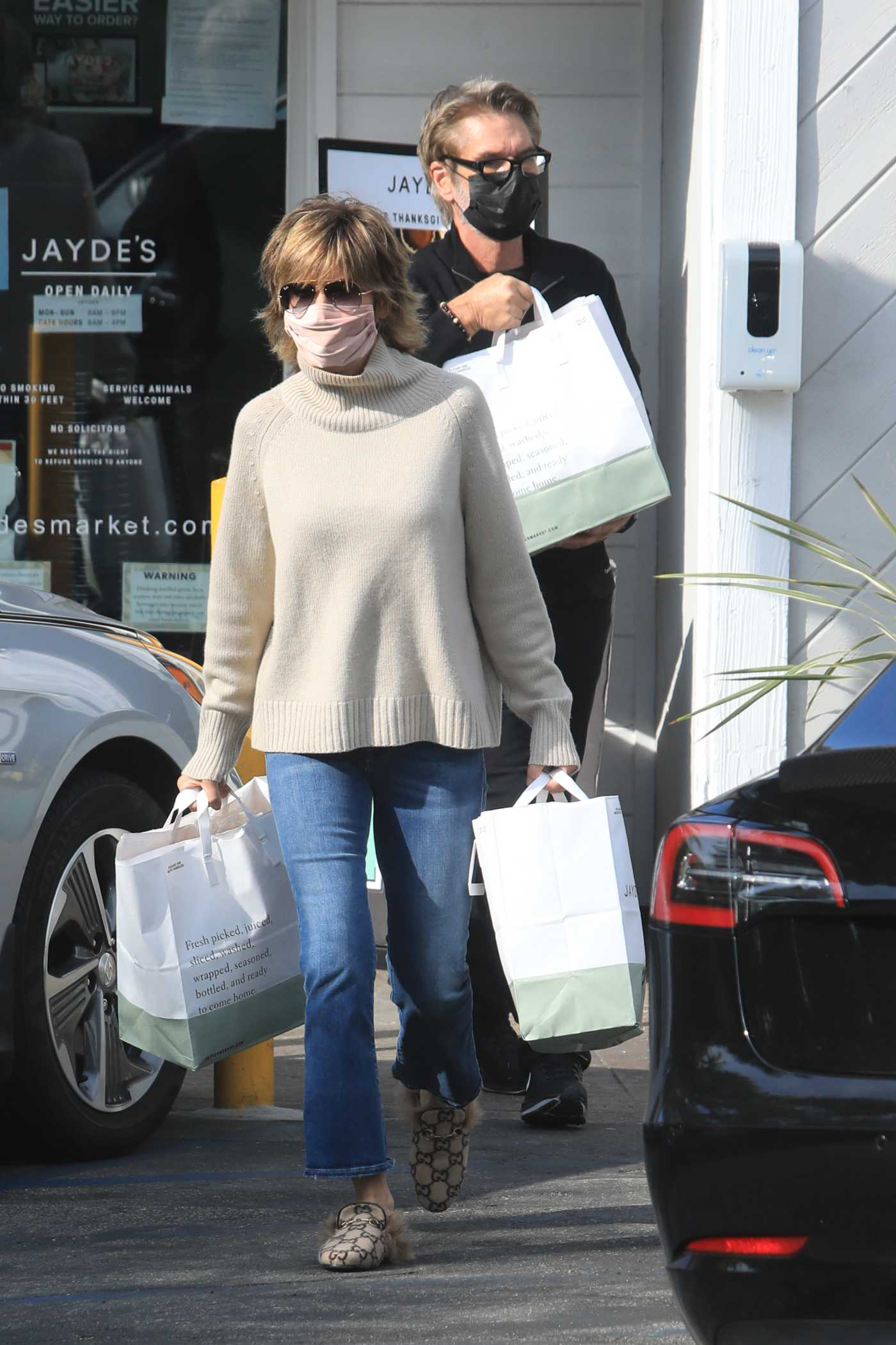 Lisa Rinna in a Beige Sweater Goes Out for Grocery Shopping in Beverly Hills 11/23/2020