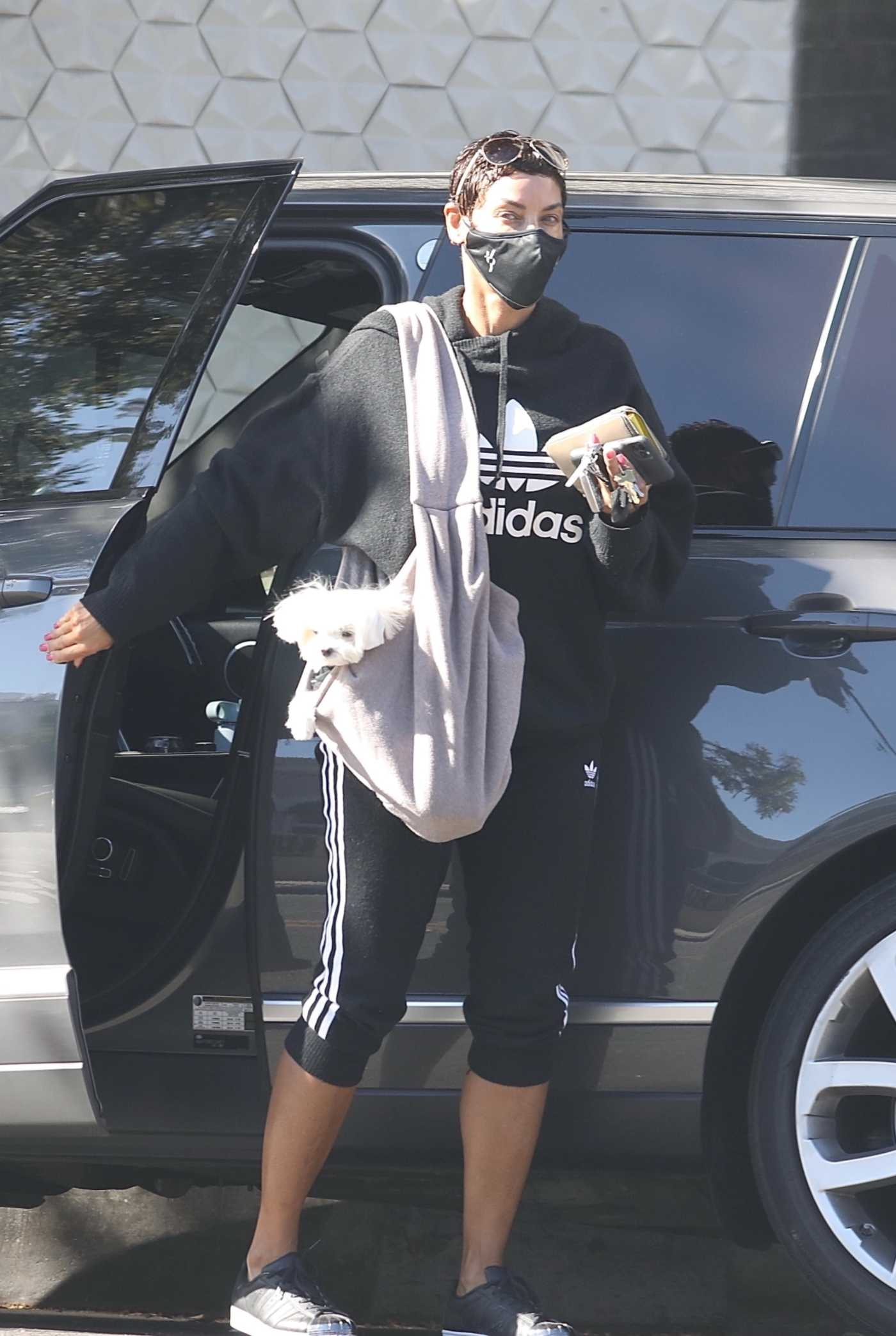 Nicole Murphy in a Black Hoodie Arrives at Her Pilates Studio in West Hollywood 11/10/2020