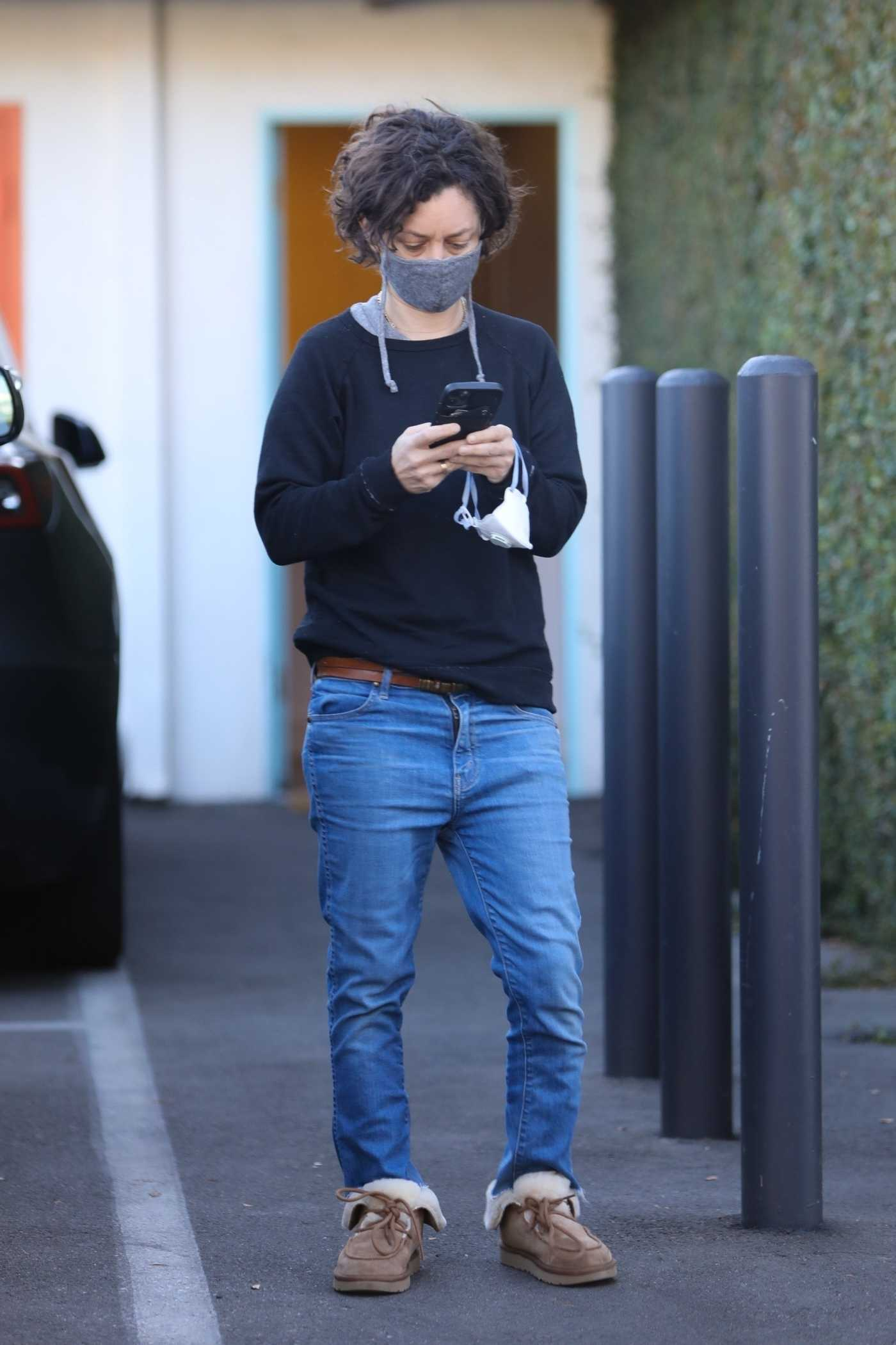 Sara Gilbert in a Grey Protective Mask Visits an Orthodontics Office in Los Angeles 11/19/2020