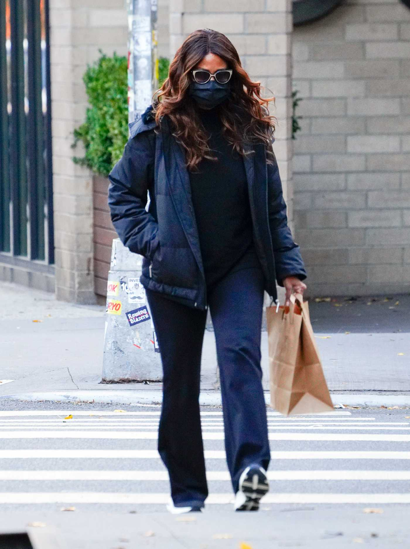 Katie Holmes in a Black Protective Mask Goes Shopping for Groceries in New York 12/02/2020