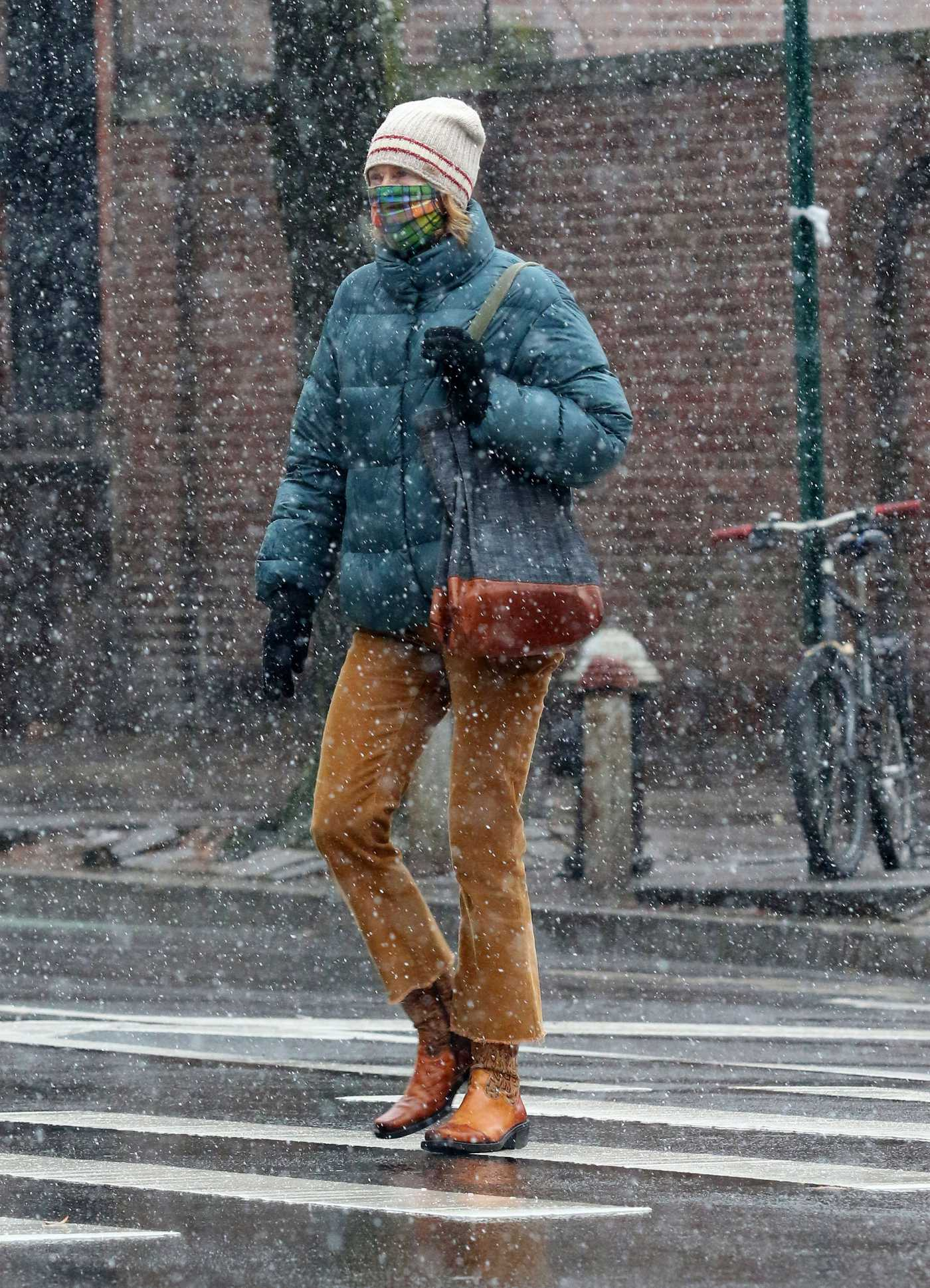 Naomi Watts in a Beige Beanie Hat Braves the First Snowfall in Manhattan's West Village 12/09/2020