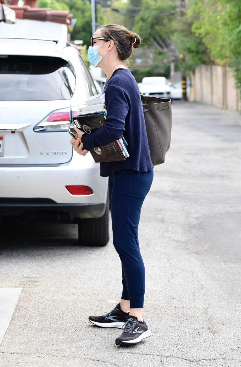 Jennifer Garner in a Black Sneakers