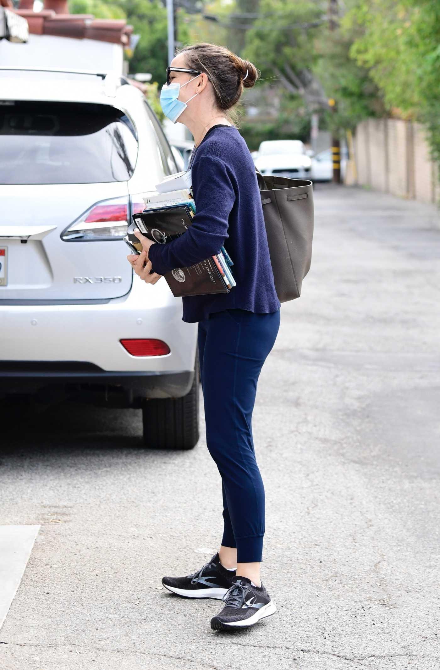 Jennifer Garner in a Black Sneakers Arrives at Her Office in Brentwood 01/13/2021