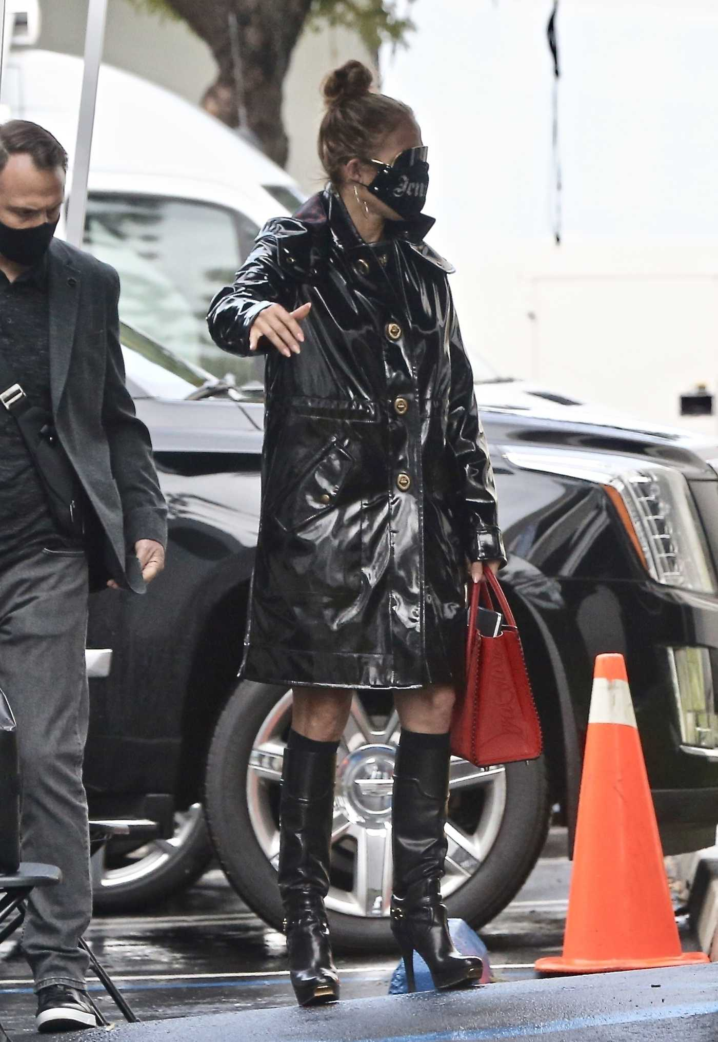 Jennifer Lopez in a Black Trench Coat Arrives for a Photoshoot on a Rainy Day in Paramount 01/29/2021