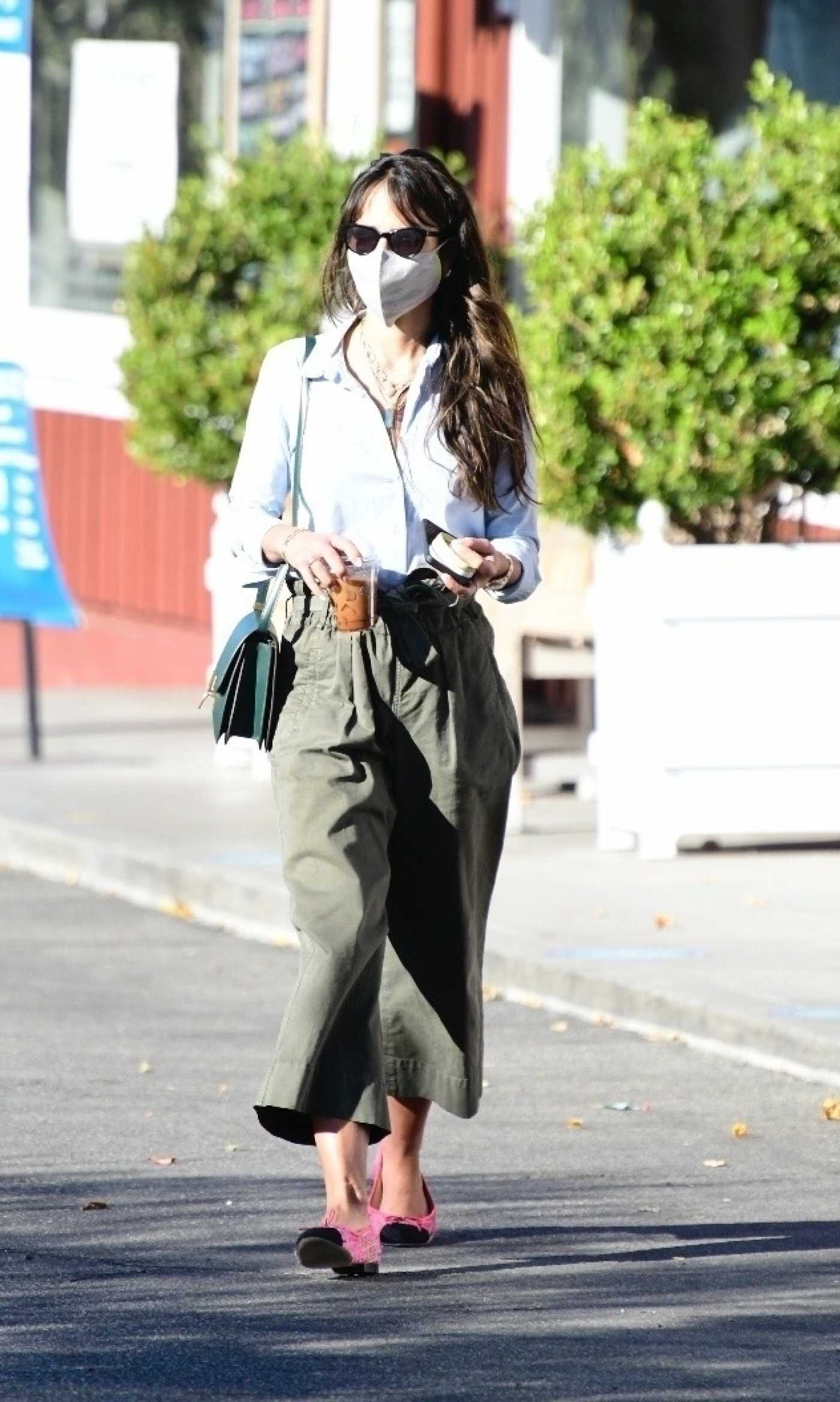 Jordana Brewster in an Olive Pants Was Seen Out in Brentwood 01/15/2021