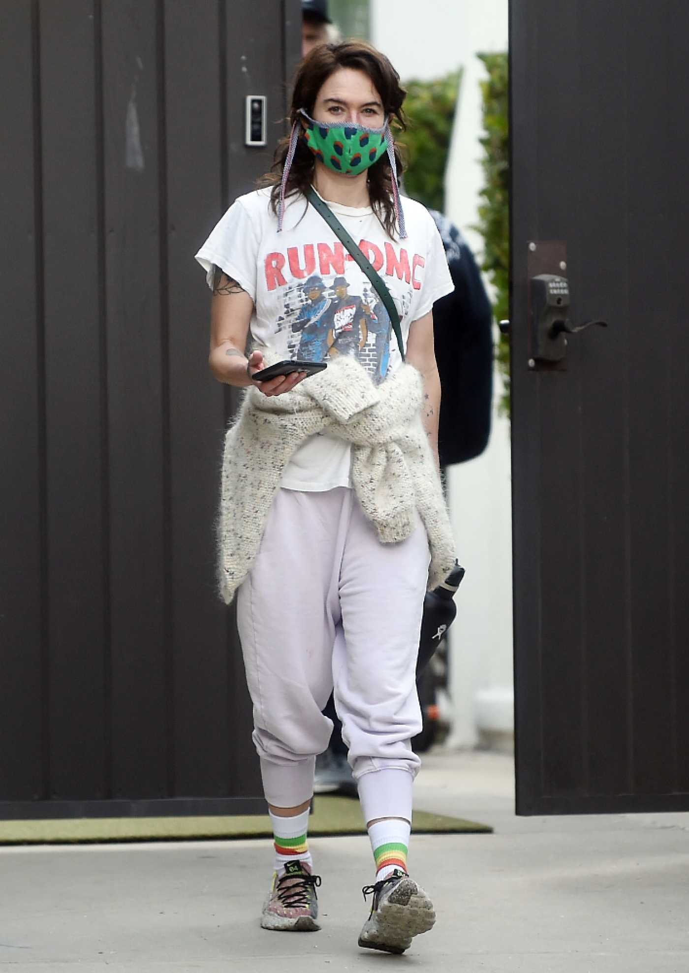 Lena Headey in a White Tee Arrives to the Gym with Her Boyfriend Marc Menchaca in Los Angeles 01/22/2021