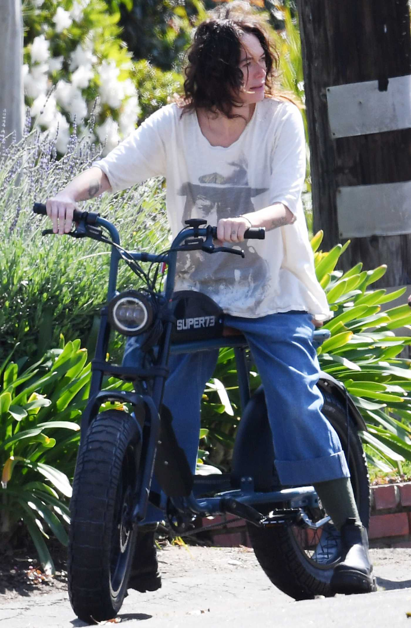 Lena Headey in a White Tee Rides Her Electric Motorbike Through the Streets of Los Angeles 03/16/2021