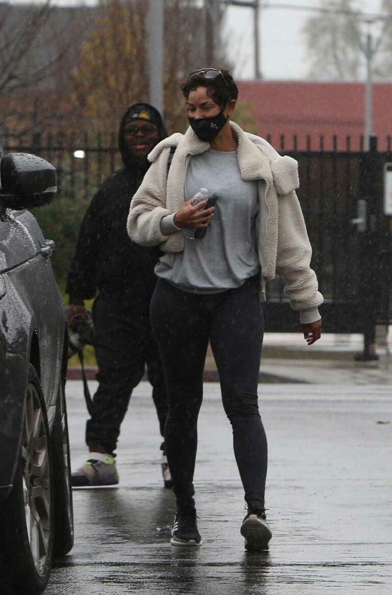 Nicole Murphy in a Black Sneakers