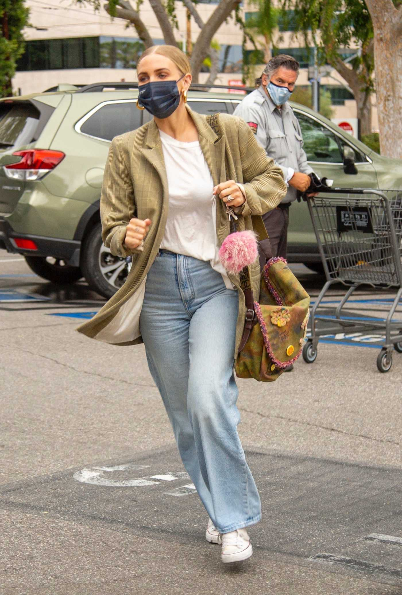 Ashlee Simpson in a Plaid Blazer Goes Grocery Shopping at Gelson's Market in Encino 04/21/2021