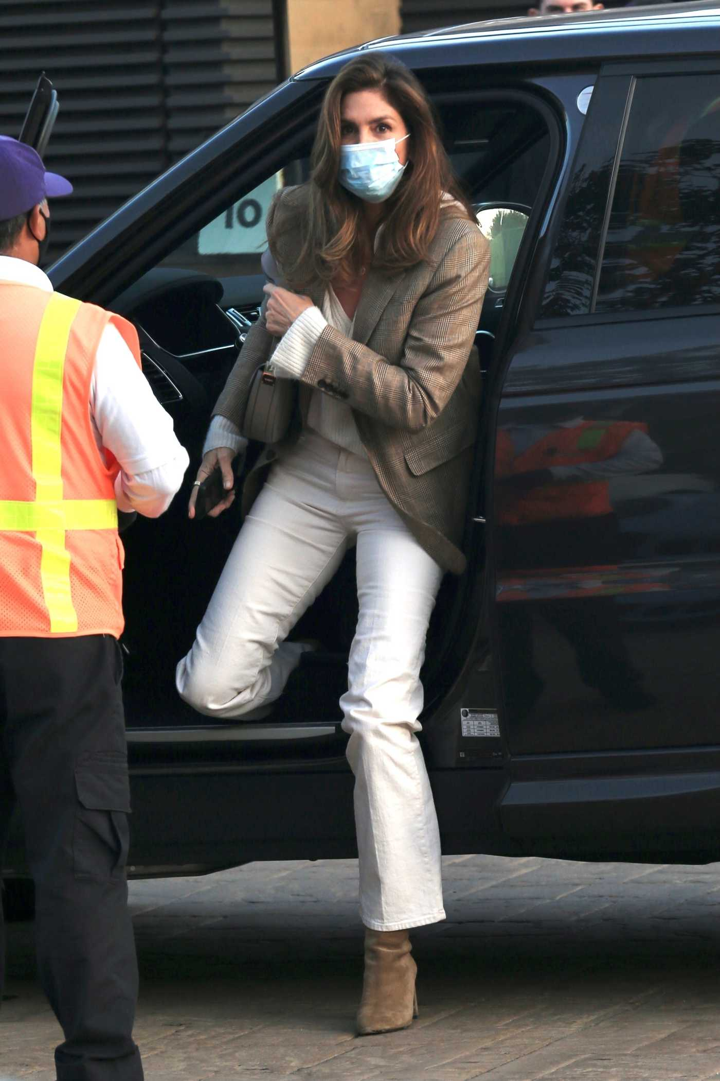 Cindy Crawford in a White Pants Arrives at Nobu for Dinner in Malibu 04/05/2021