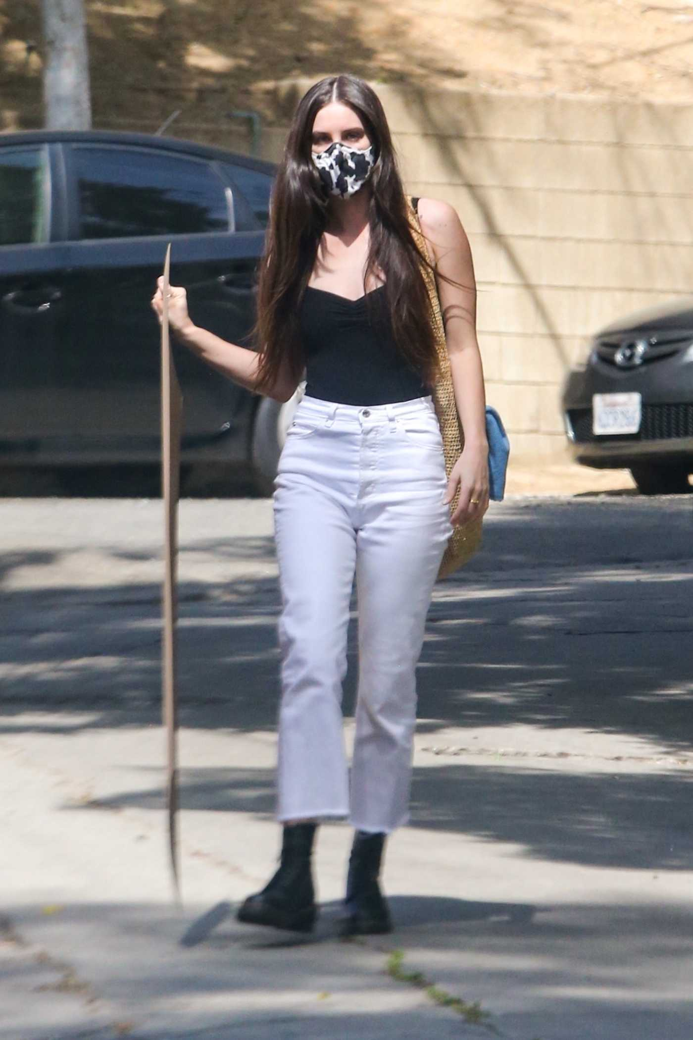 Scout Willis in a White Pants Arrives Home with a New Project in Hand in Los Angeles 04/05/2021