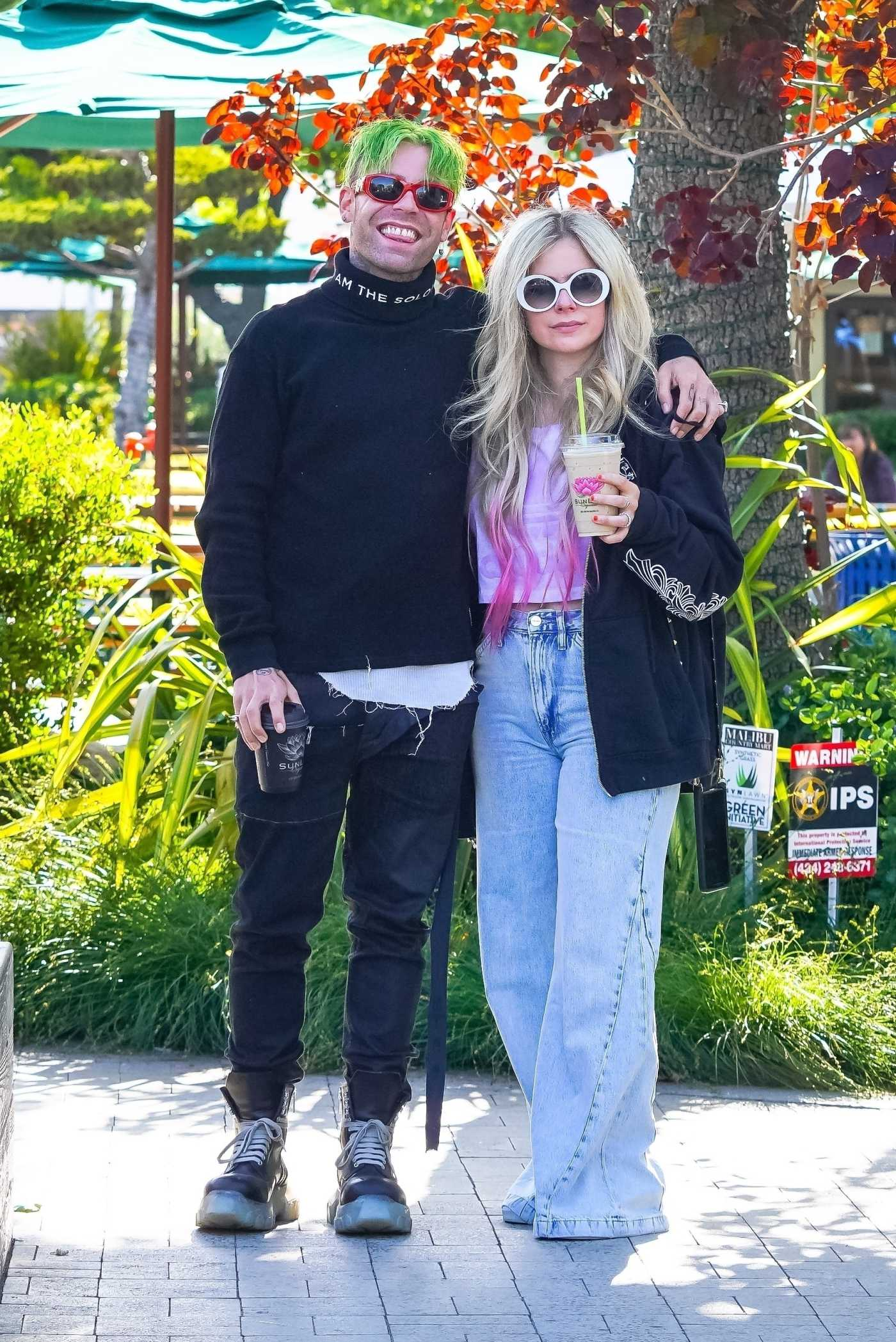 Avril Lavigne in a Black Hoodie Was Seen Out with Mod Sun in Malibu 05/11/2021