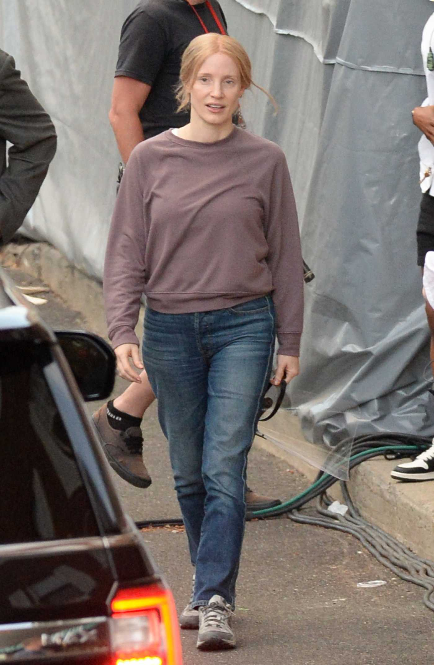 Jessica Chastain in a Tan Sweatshirt on the Set of The Good Nurse in Norwalk 05/28/2021