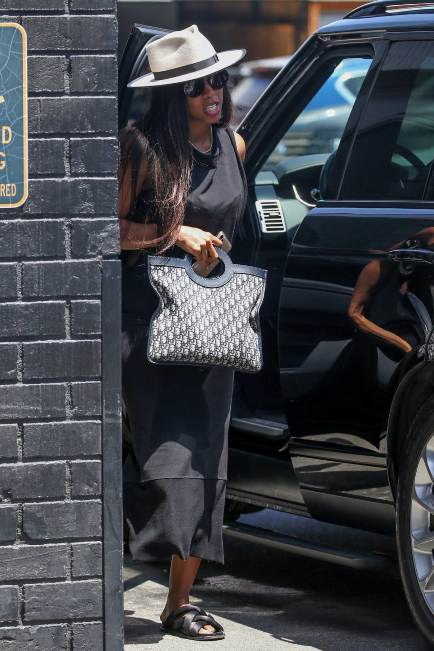 Kelly Rowland in a White Hat Was Seen while on a Shopping Trip in Beverly Hills 05/27/2021