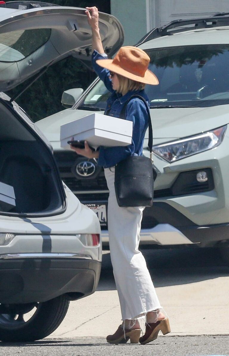 Kristen Bell in a White Pants