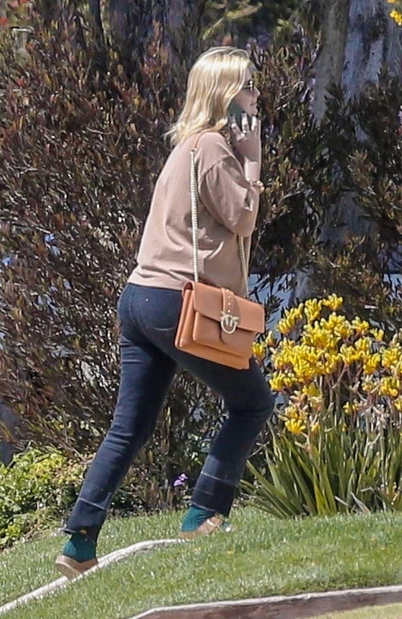 Mischa Barton in a Beige Sweatshirt Returns Home in Los Feliz 05/22/2021