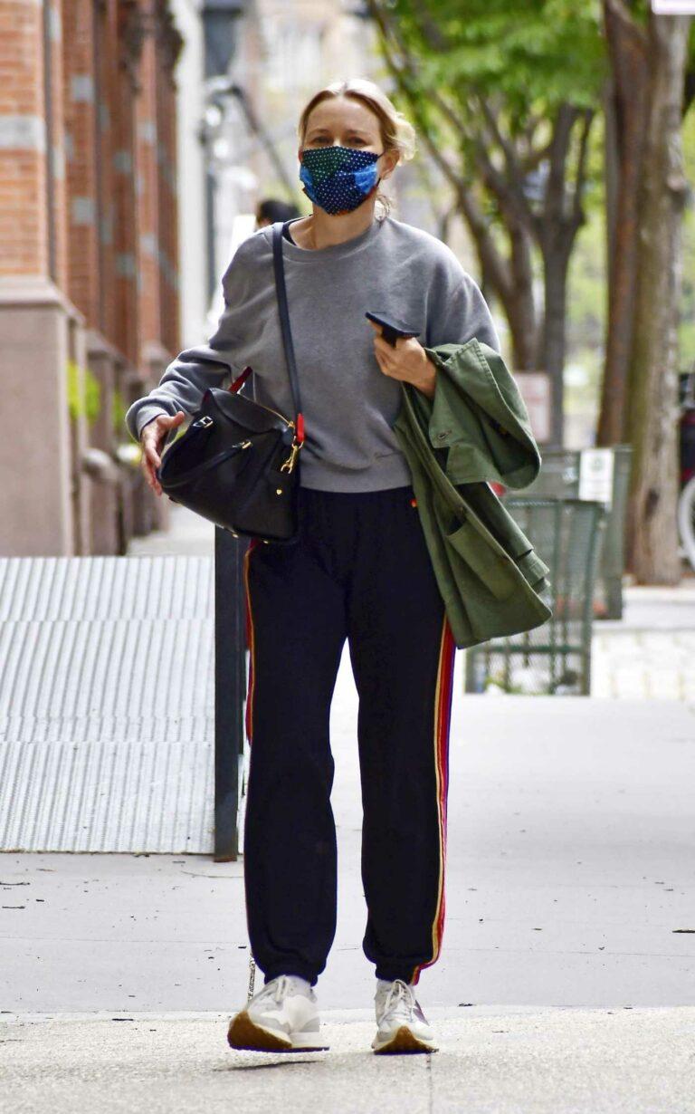 Naomi Watts in a Grey Sweatshirt