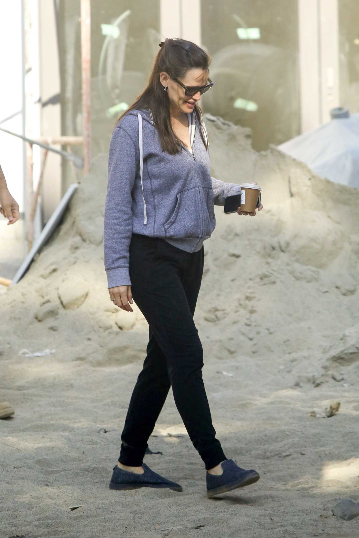 Jennifer Garner in a Grey Hoodie Visits Her New Under-Construction Home in Brentwood 06/04/2021