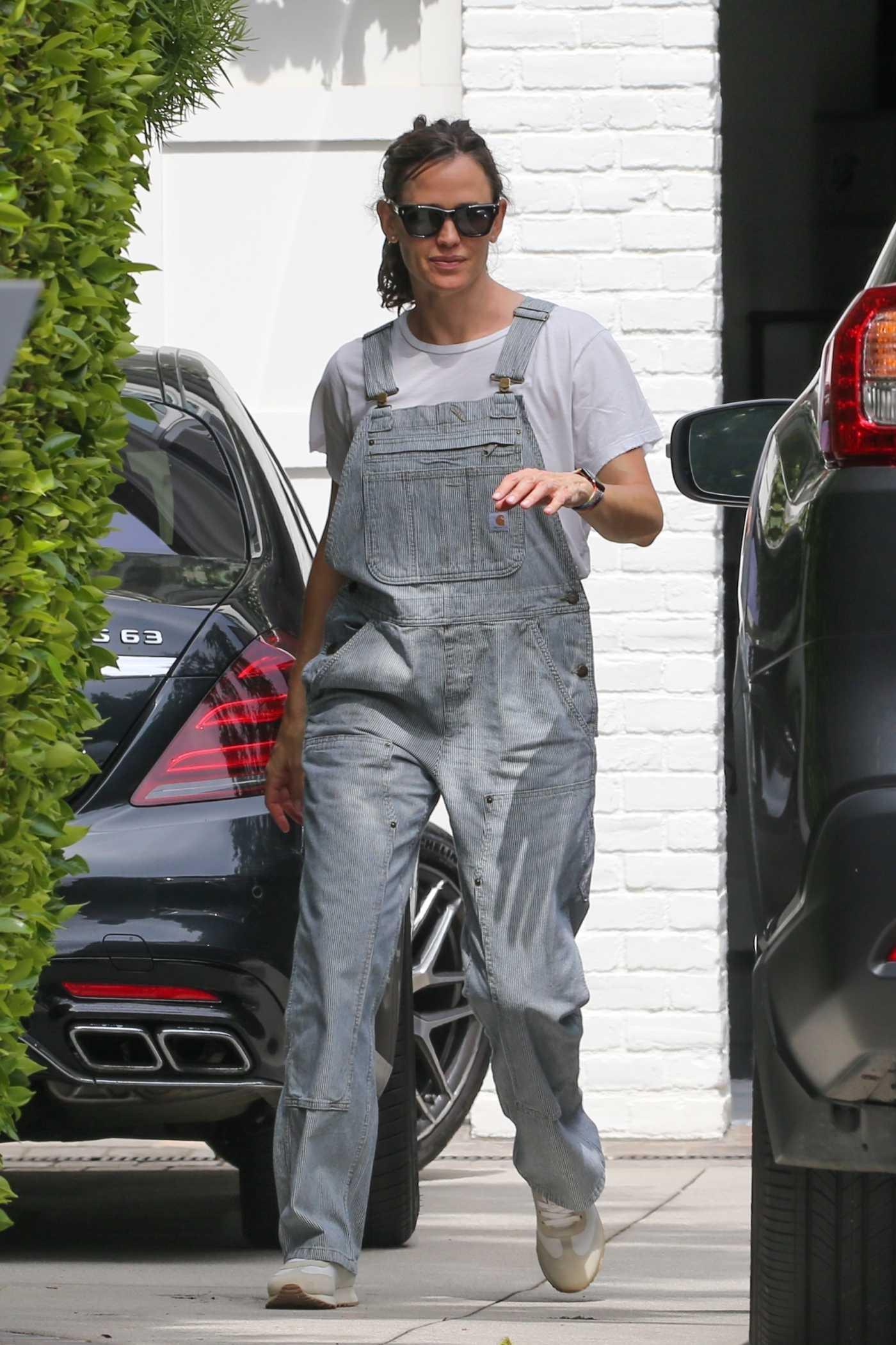 Jennifer Garner in a Grey Jumpsuit Was Seen Out in Santa Monica 06/20/2021