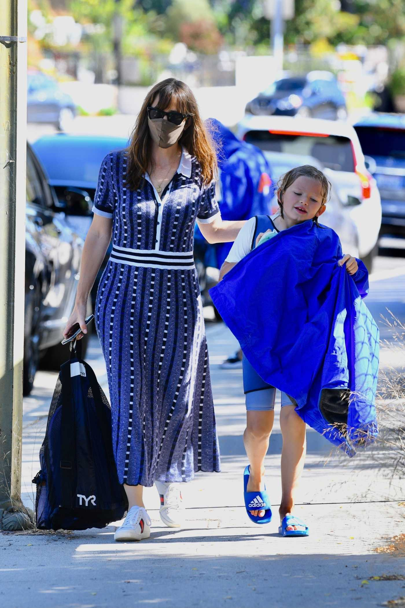 Jennifer Garner in a White Sneakers Was Seen Was Seen Out in Brentwood 06/24/2021
