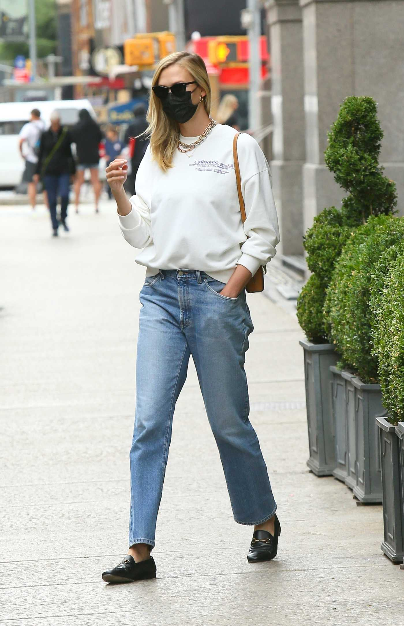Karlie Kloss in a Black Protective Mask Was Seen Out in New York 06/11/2021