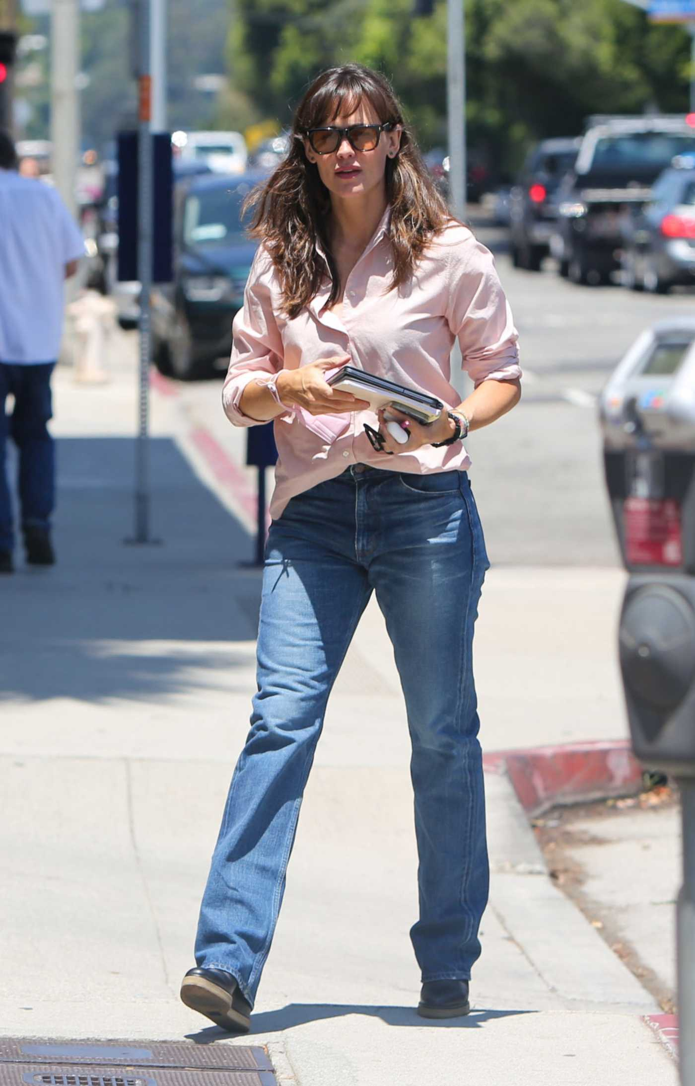 Jennifer Garner in a Pink Shirt Was Seen Out in Los Angeles 07/30/2021